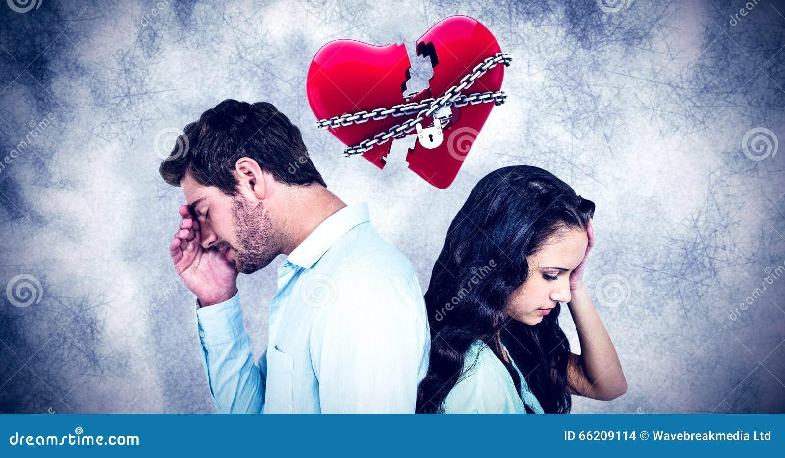 Image composée des couples de nouveau au dos ne parlant pas après argument