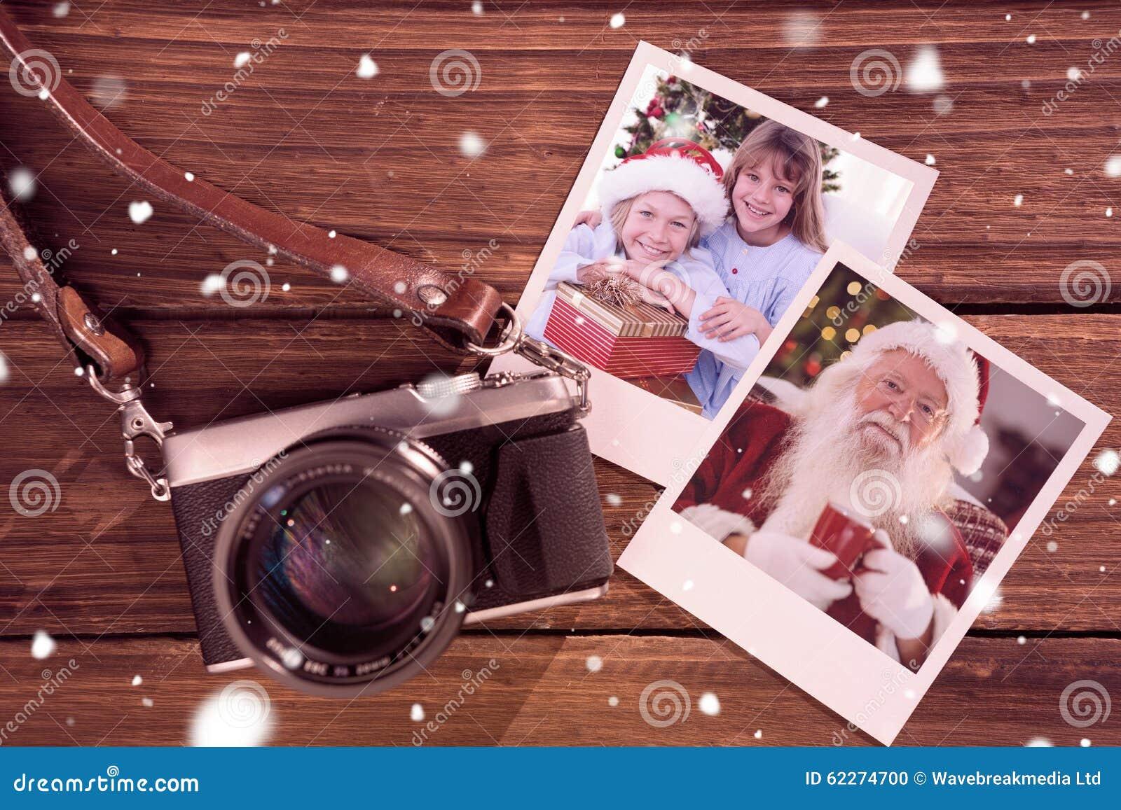 Image composée des enfants de mêmes parents de sourire tenant des cadeaux de Noël