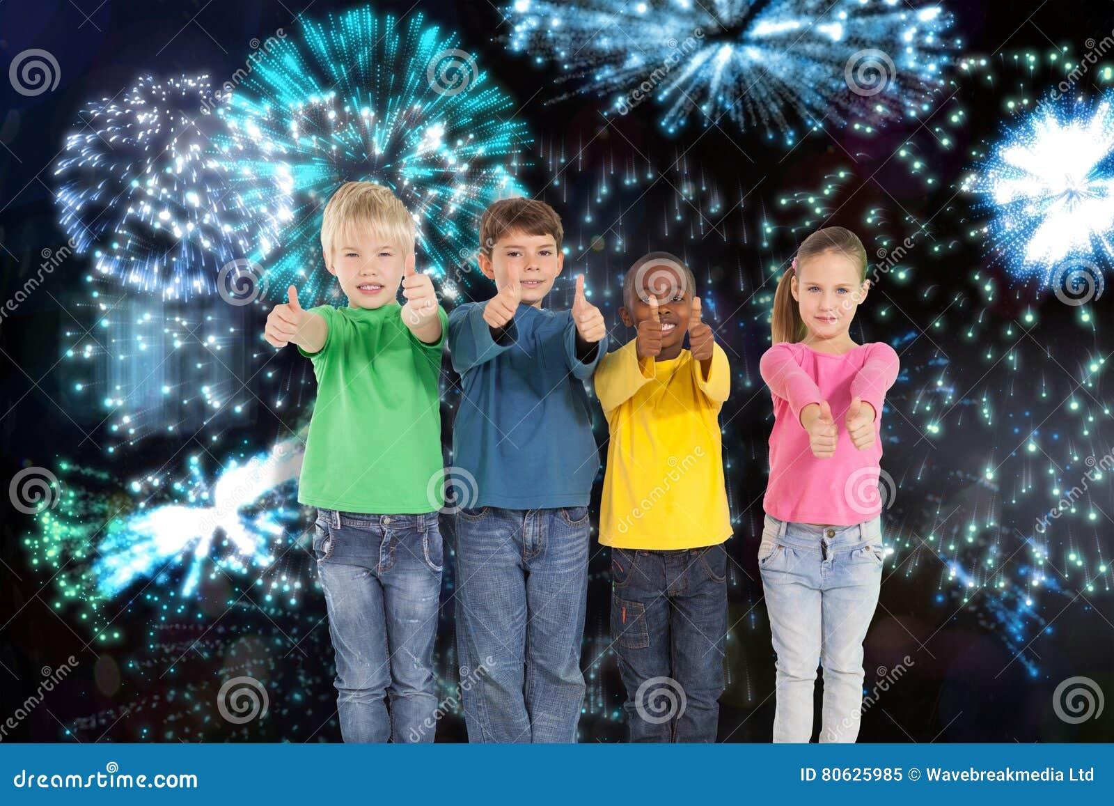Image composée des enfants mignons montrant des pouces