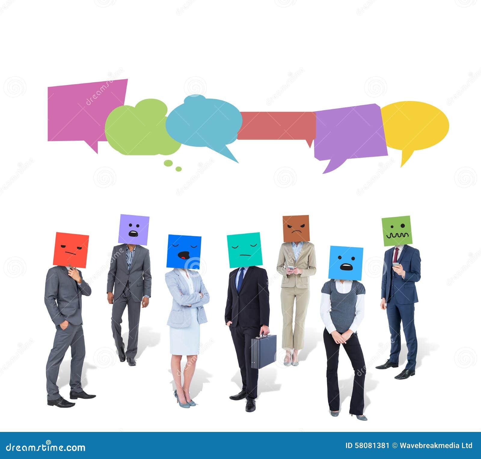 Image composée des personnes avec des boîtes sur leurs têtes