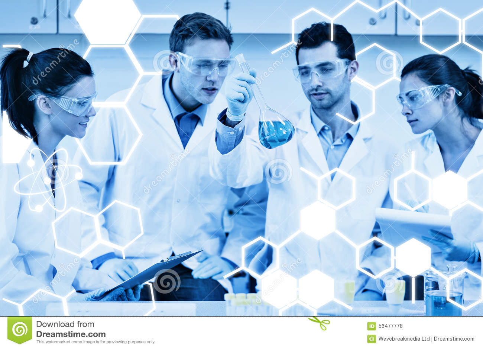 Image composée des scientifiques travaillant à une expérience au laboratoire