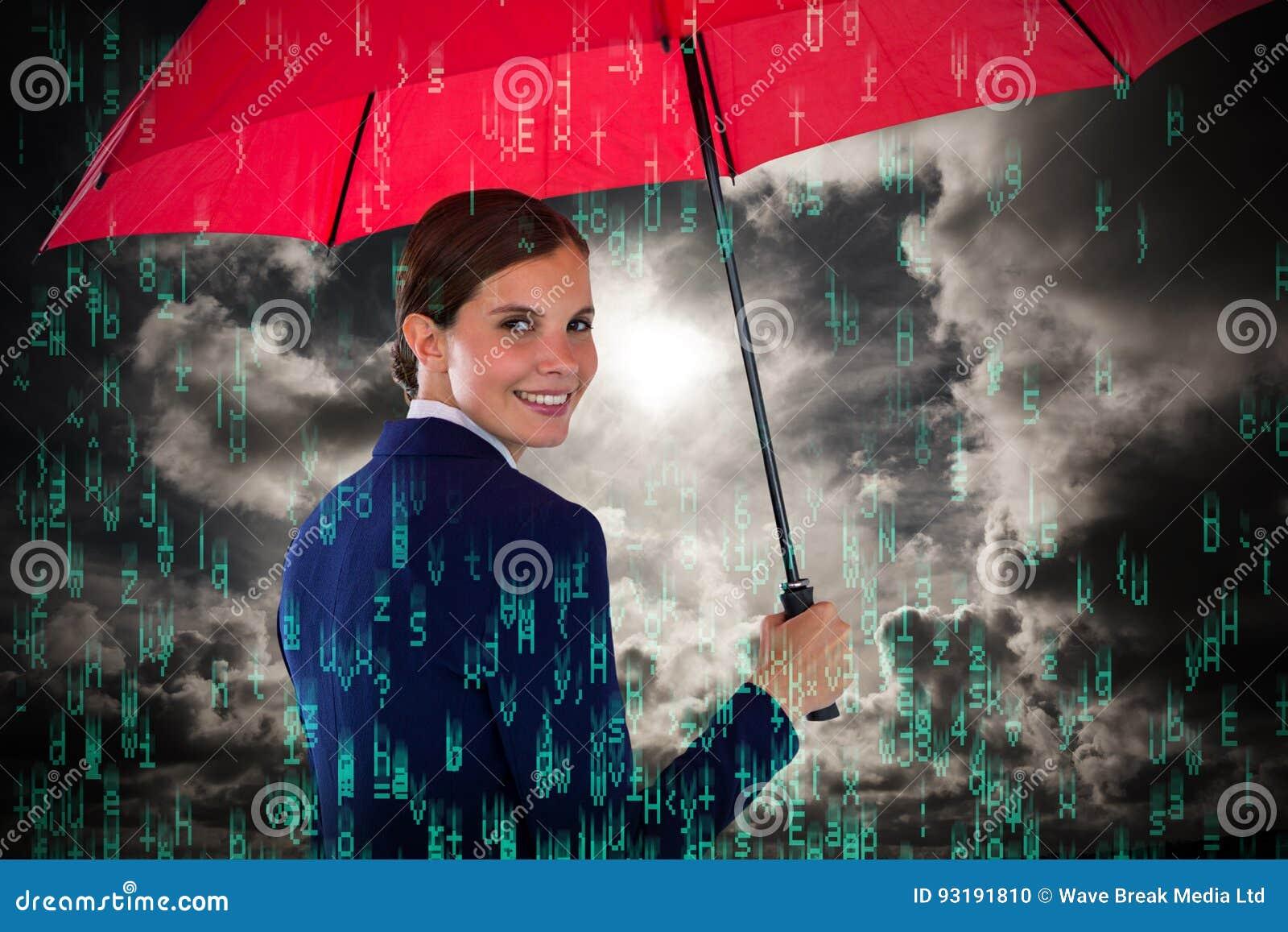 Image composée du portrait de la femme d affaires de sourire tenant le parapluie rouge