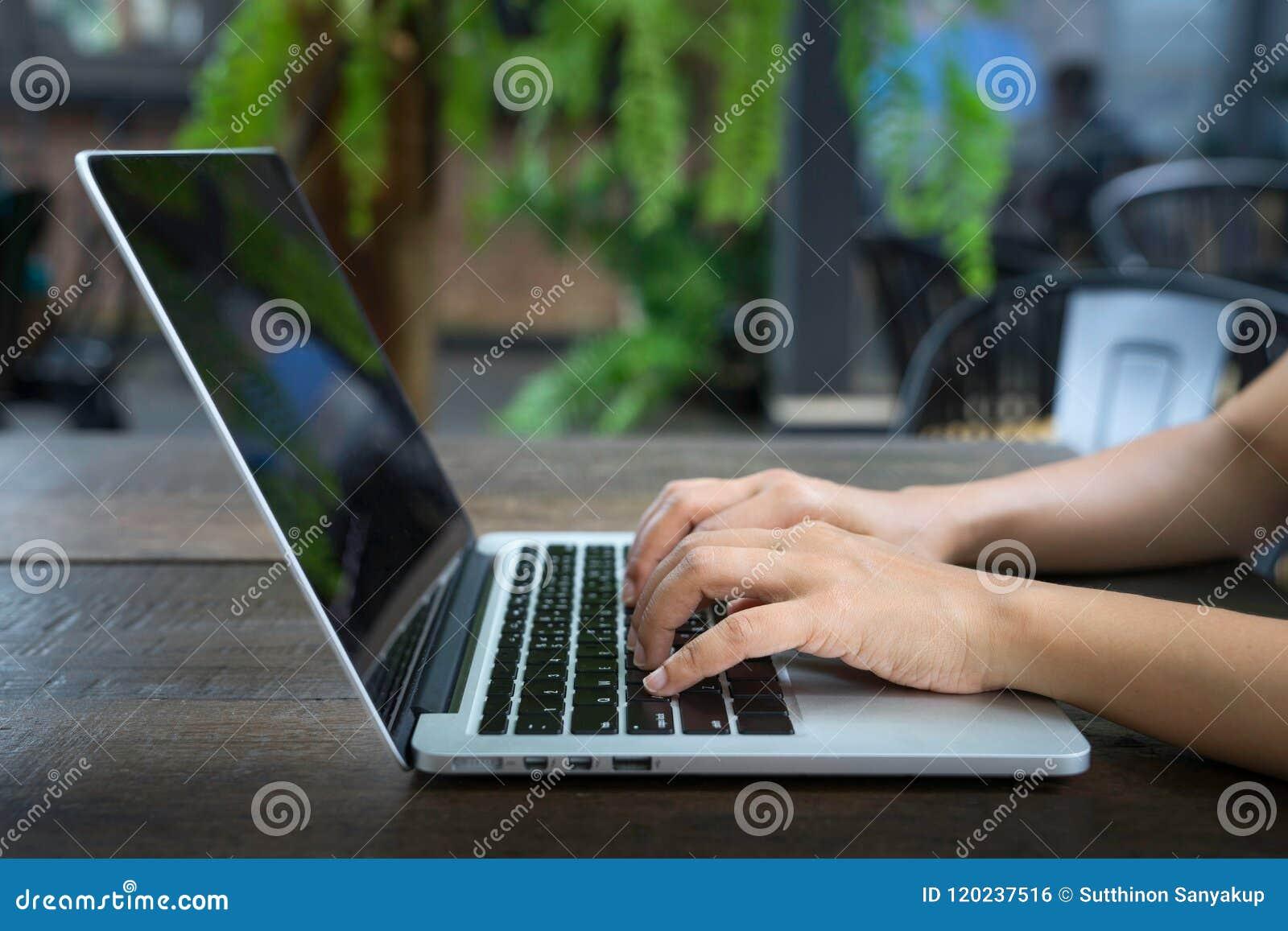 Image cultivée de femme d affaires professionnelle travaillant à son bureau par l intermédiaire de l ordinateur portable, jeune m