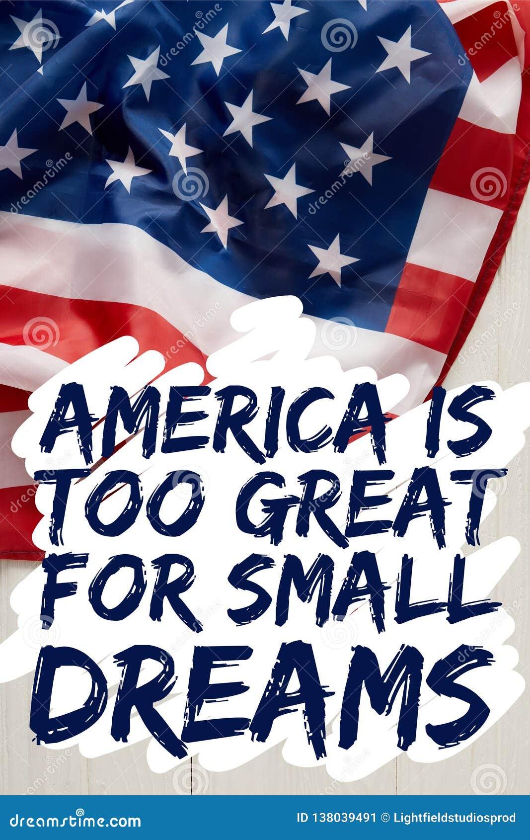 Image cultivée de l homme tenant le mât de drapeau américain