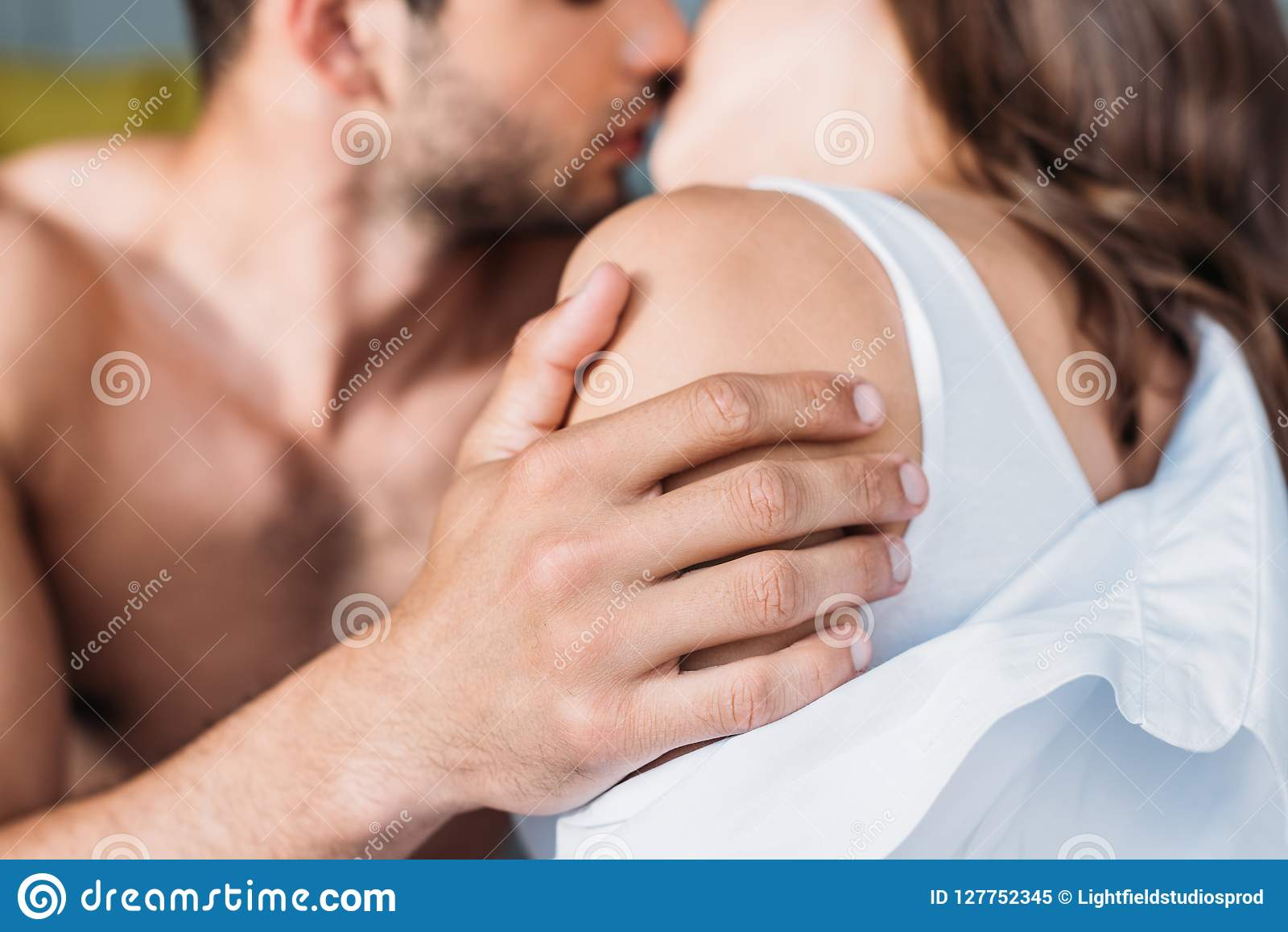 Image cultivée des couples hétérosexuels étreignant et embrassant