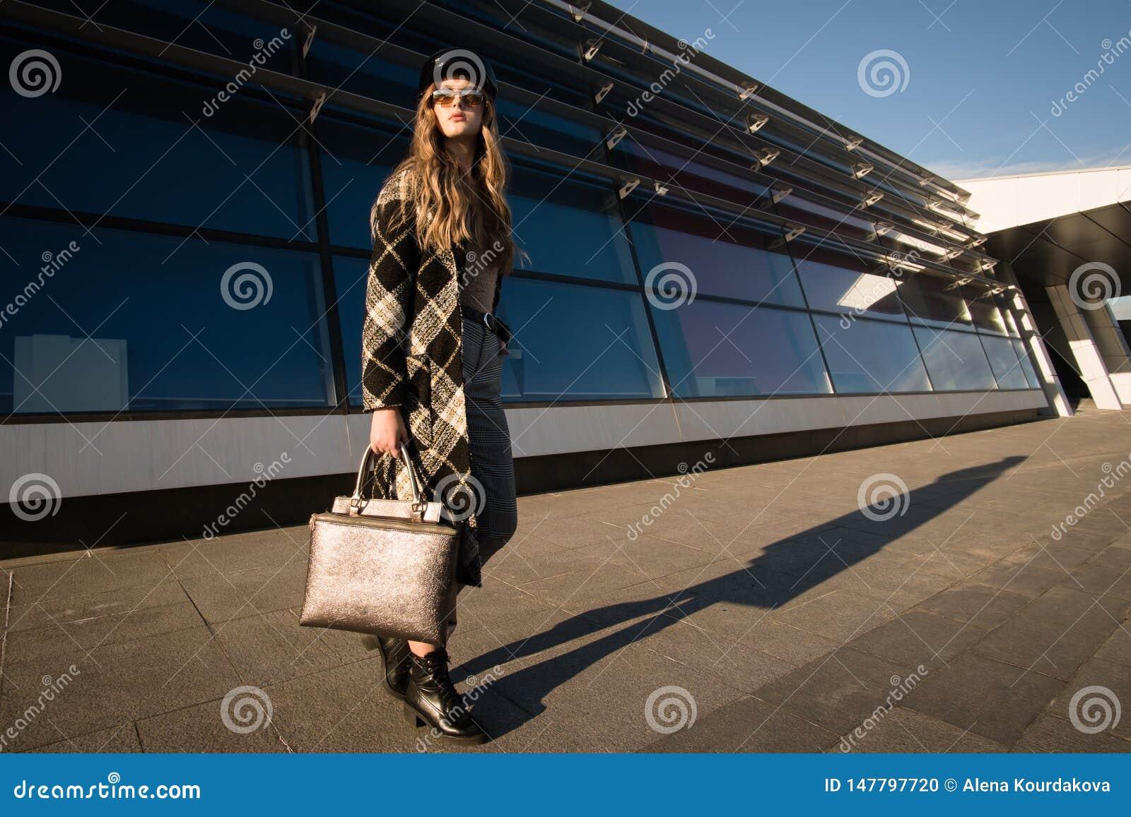 Image d automne d une jeune femme sur la rue Femme dans un manteau et un sac à main à la mode