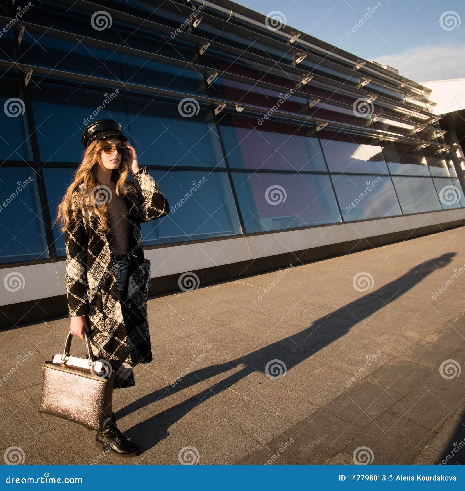 Image d automne d une jeune femme sur la rue Femme dans un manteau et un sac ? main ? la mode