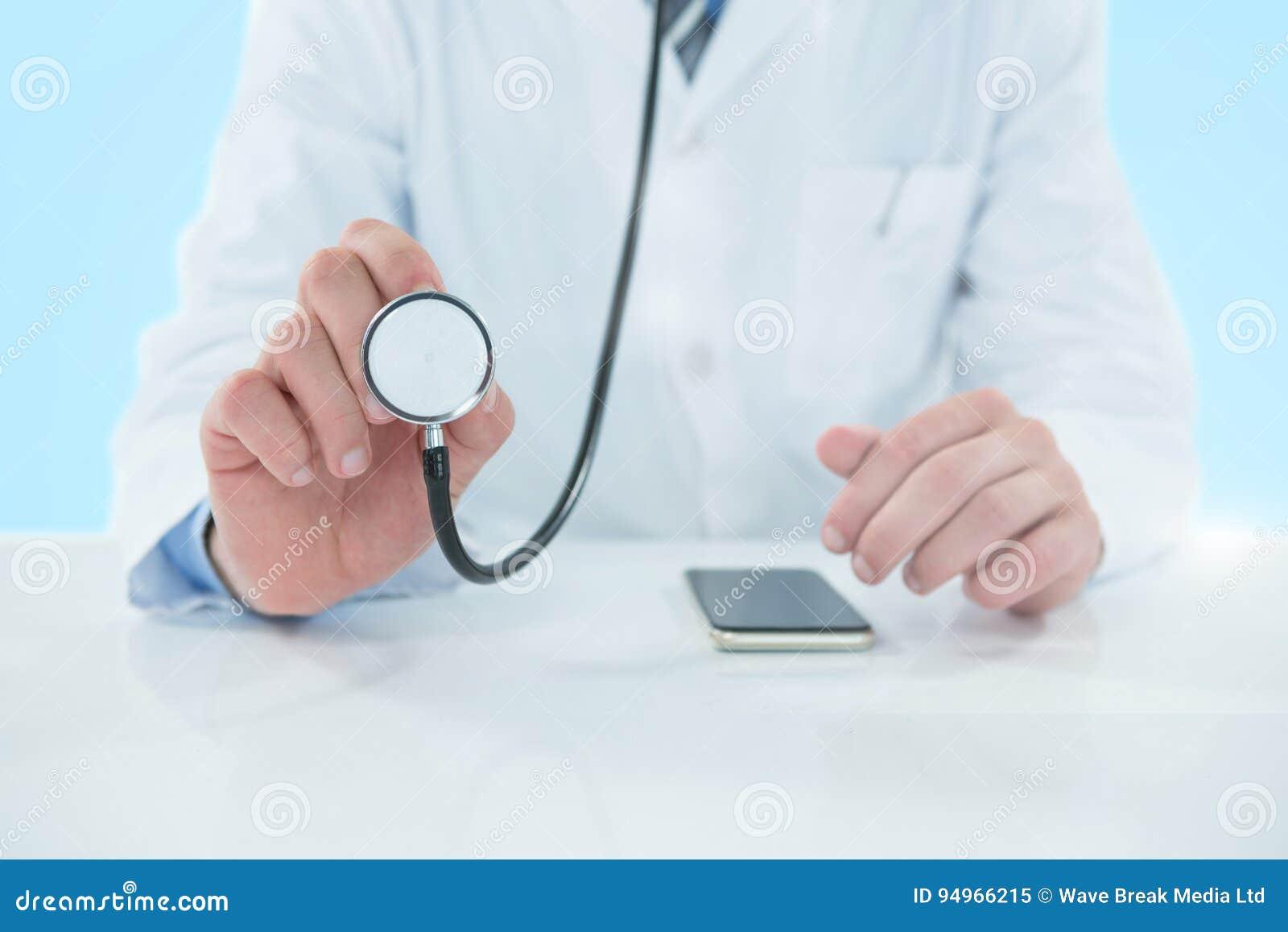 Image 3d composée de la section médiane du docteur tenant le stéthoscope