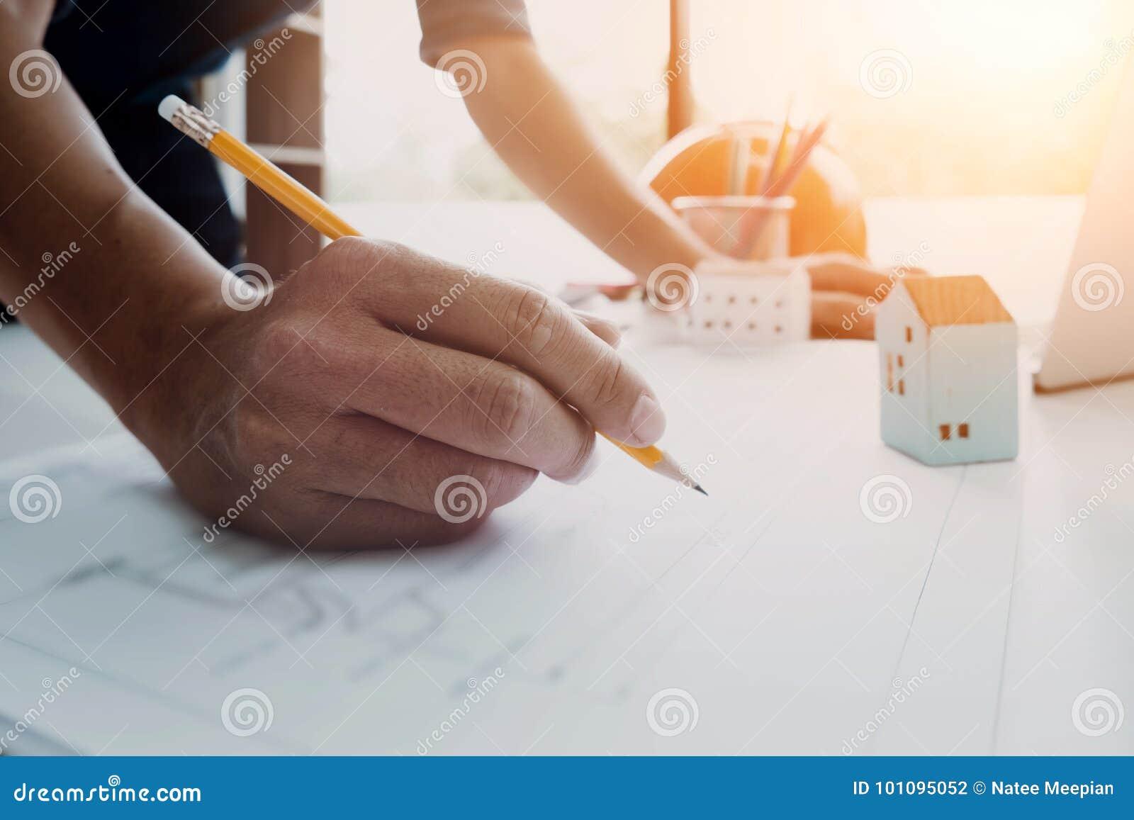 Image d ingénieur dessinant un bâtiment ou une maison de conception de croquis de mise au point