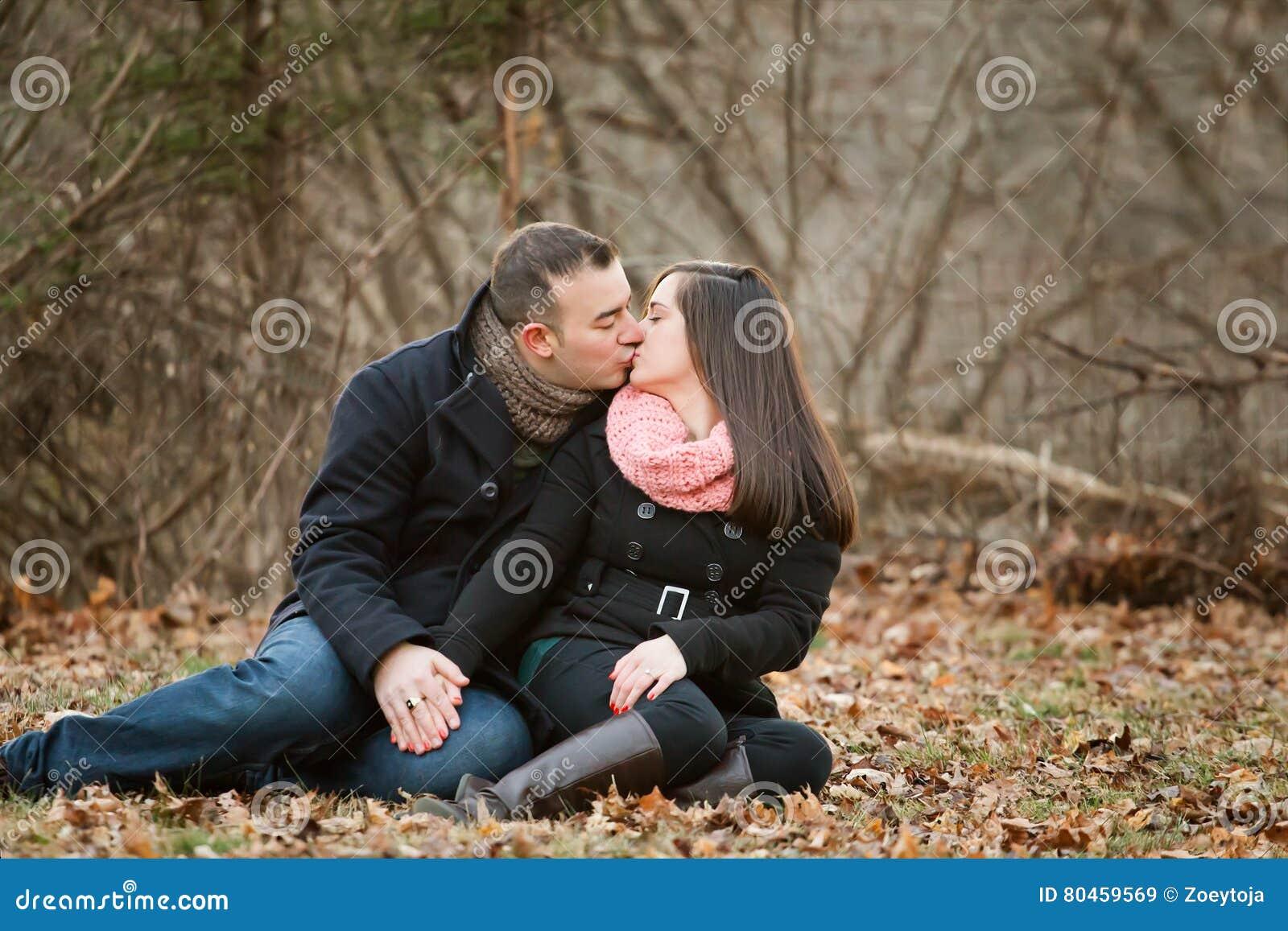 Image d un couple s embrassant