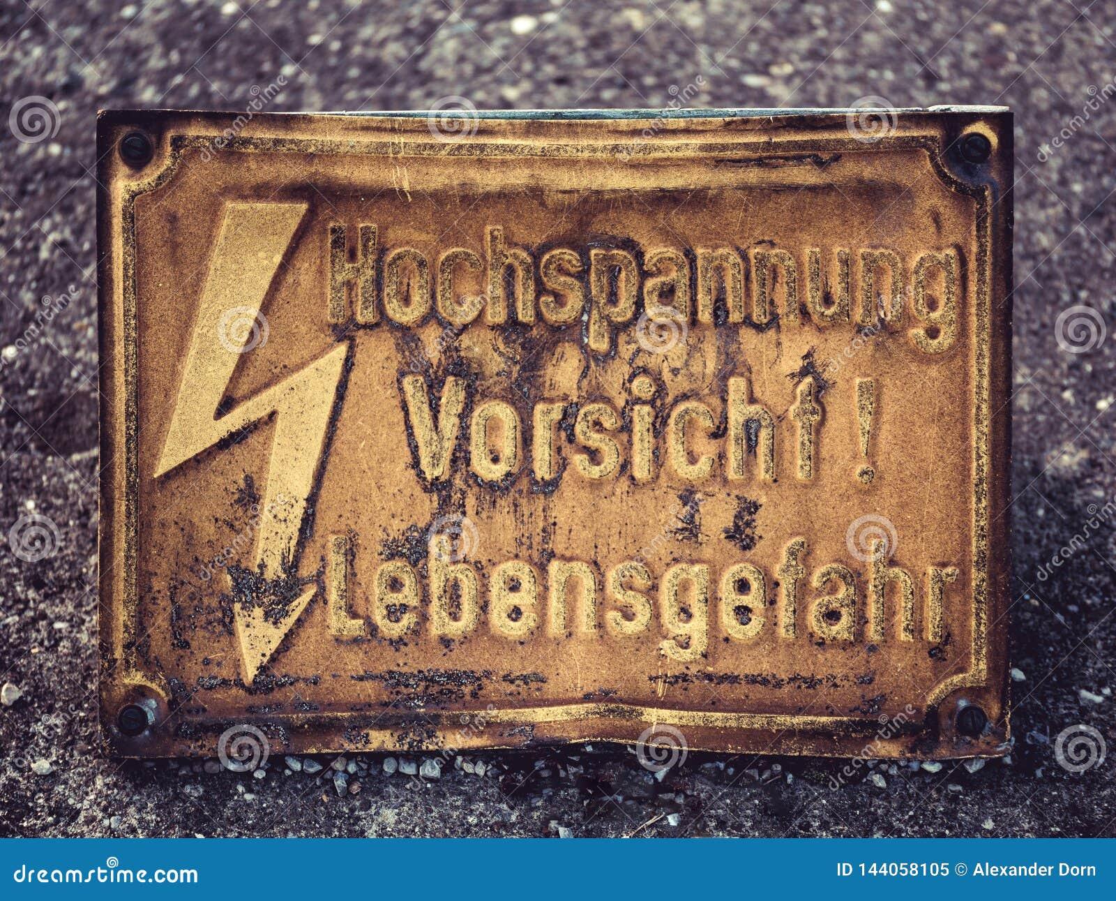Image d un vieux panneau d avertissement avec des mots instantanés et allemands Hochspannung Vorsicht Lebensgefahr, qui signifie