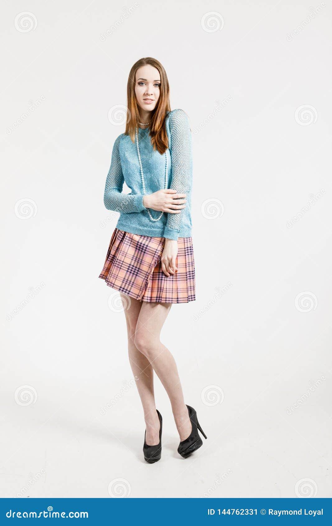 Image d une jeune femme utilisant une jupe courte et un pull de turquoise