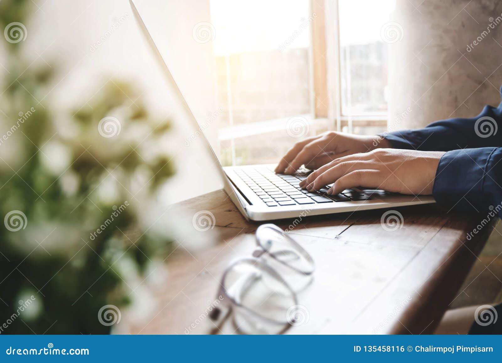 Image d utilisant de mains de femme/dactylographiant sur le foyer sélectionné par ordinateur d ordinateur portable sur le clavier