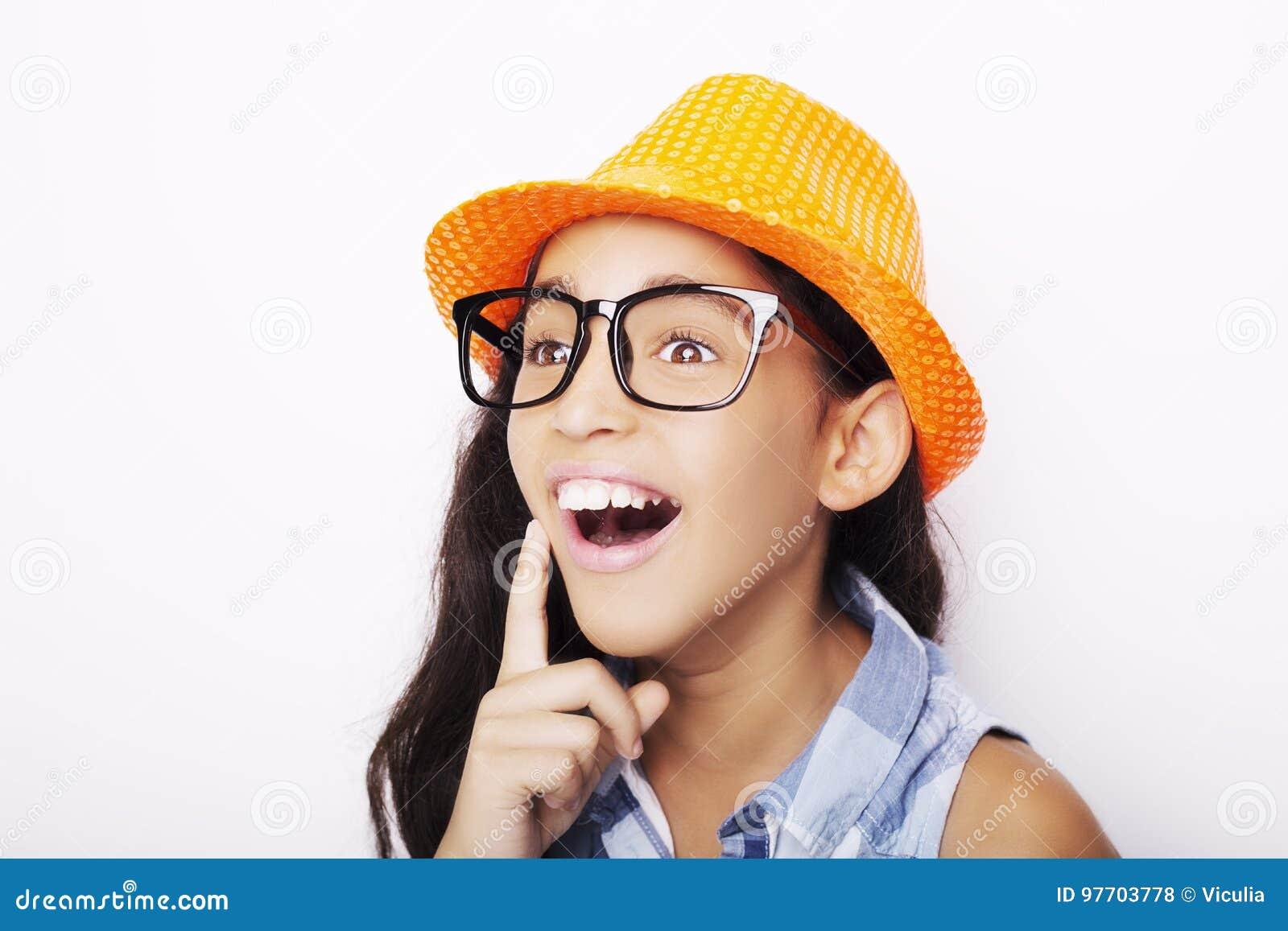 Image de beaux d une jeune verres de port africains et de chapeau fille