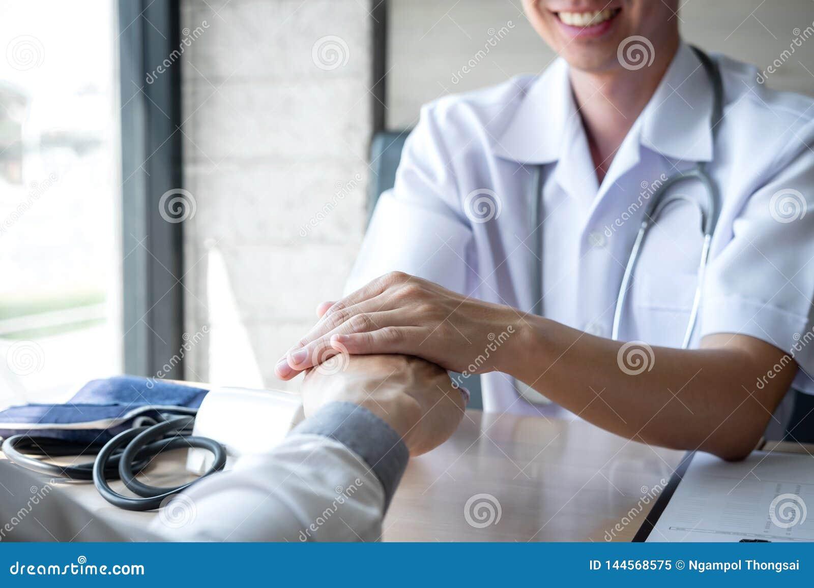 Image de docteur tenant la main du patient pour encourager, parlant avec encourager et appui patients