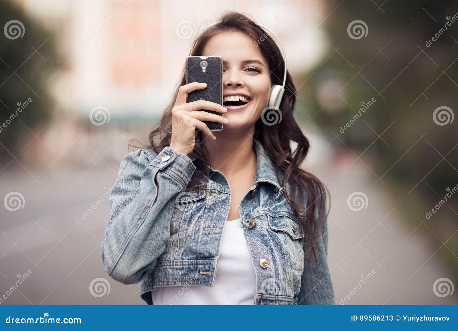 Image de jeune femme heureuse, musique de écoute et amusement de avoir