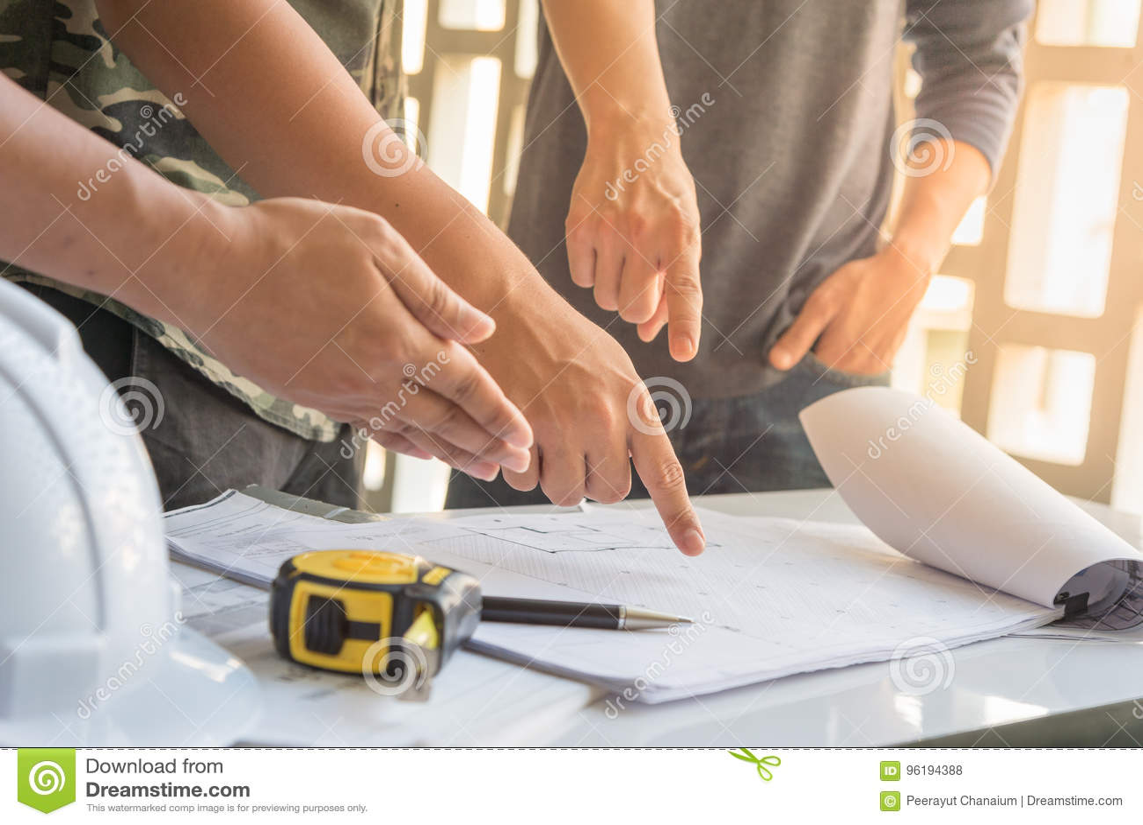 Image de la réunion d ingénieur pour le projet architectural approuvé, fonctionnement avec l associé et outils d ingénierie sur l
