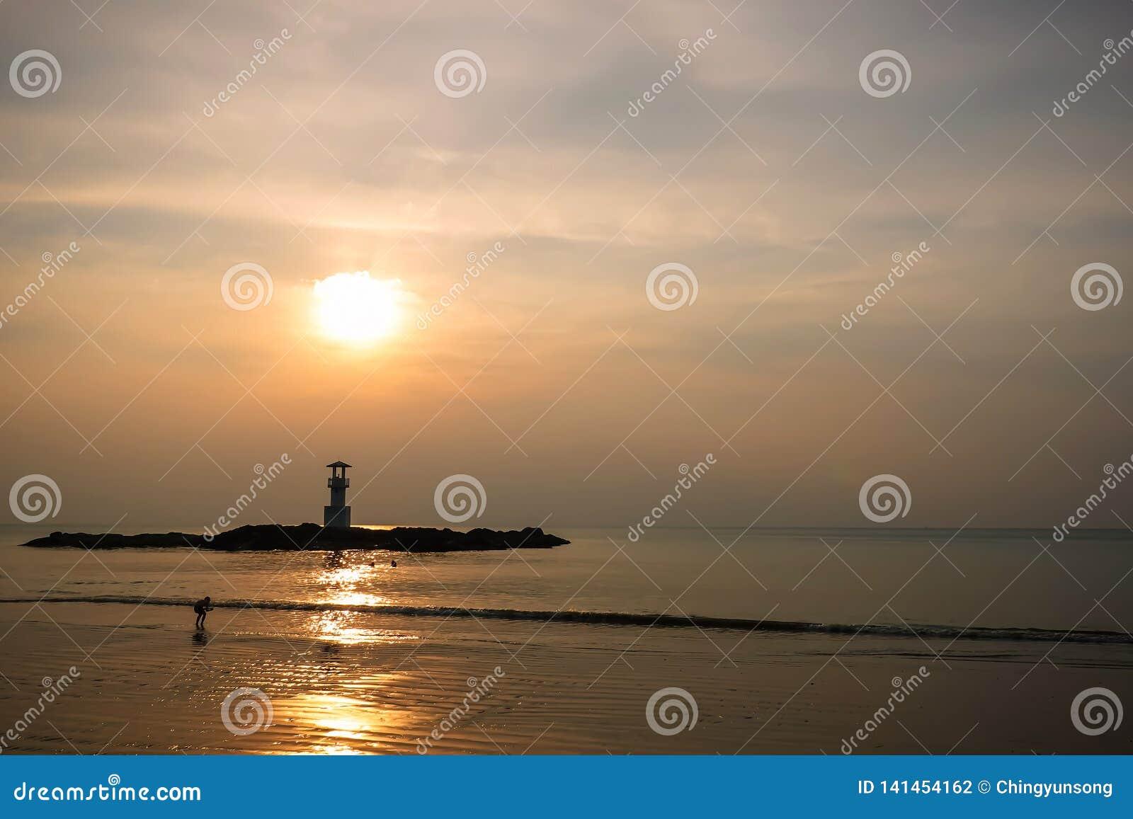 Image de petit phare contre un coucher du soleil tropical d océan et une eau lisse à la plage de Khao Lak en Phang Nga, Thaïlande