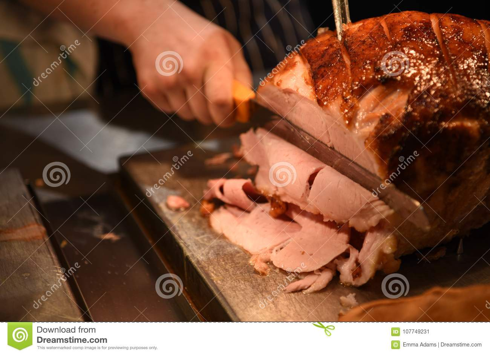Image de photographie de nourriture d un joint cuit de quartier de porc ou de jambon de rôti de viande avec la main tenant un cou