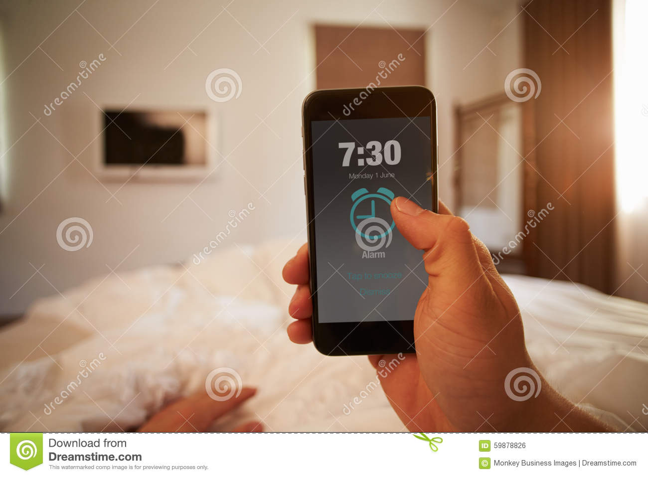 Image de point de vue d alarme de téléphone de Person In Bed Turning Off