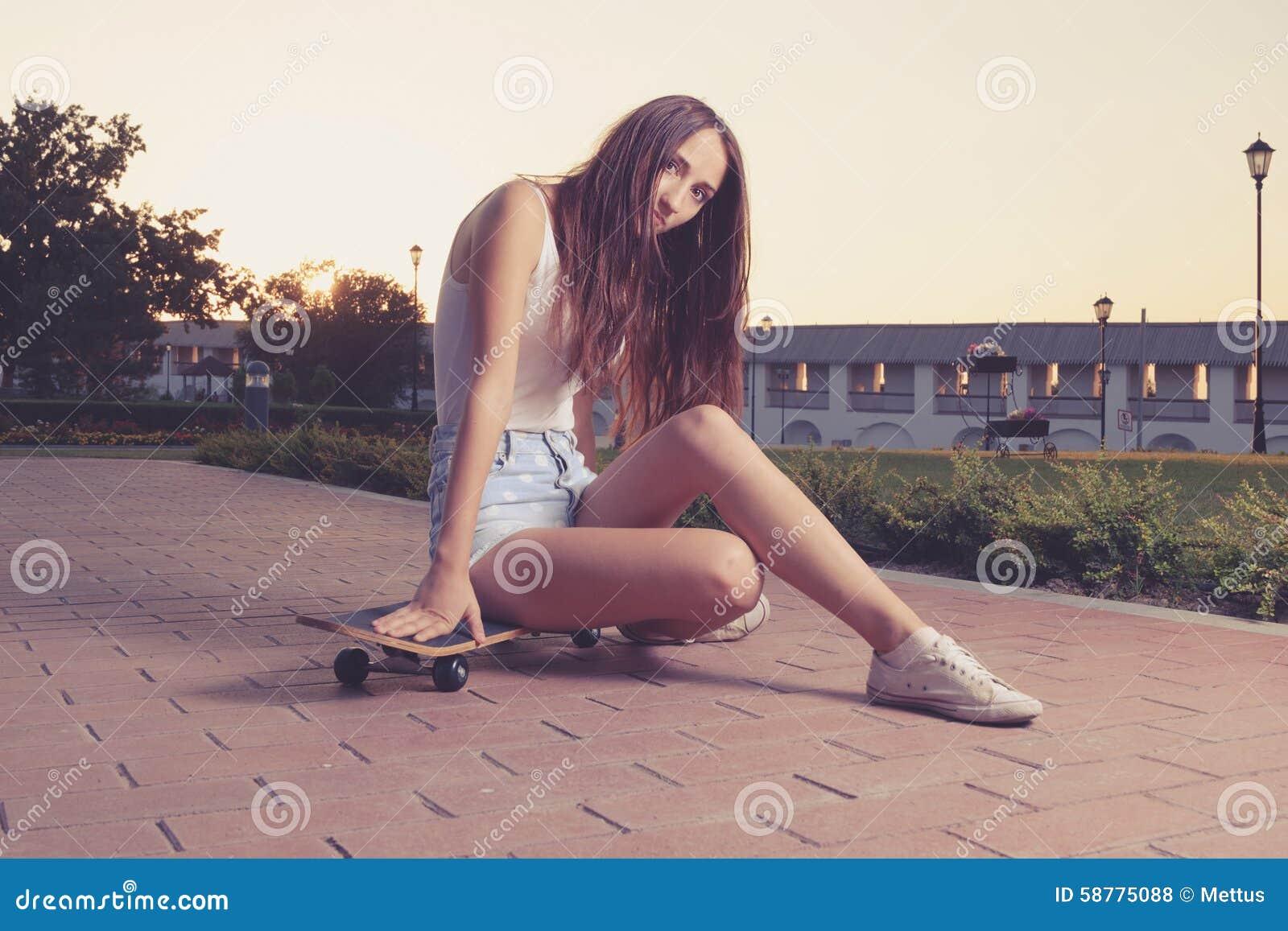 image de style d 39 instagram de fille mignonne se reposant sur elle photo stock image 58775088. Black Bedroom Furniture Sets. Home Design Ideas