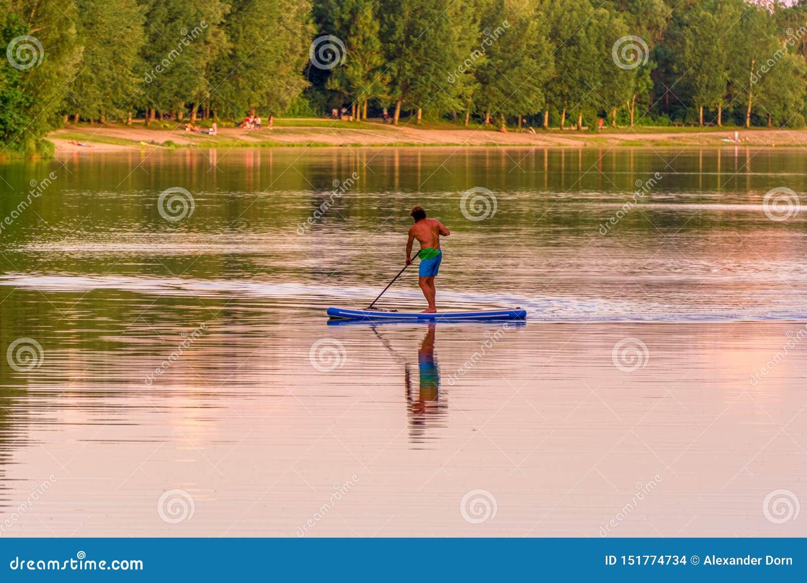 Image de support paddleboarding l homme sur un lac