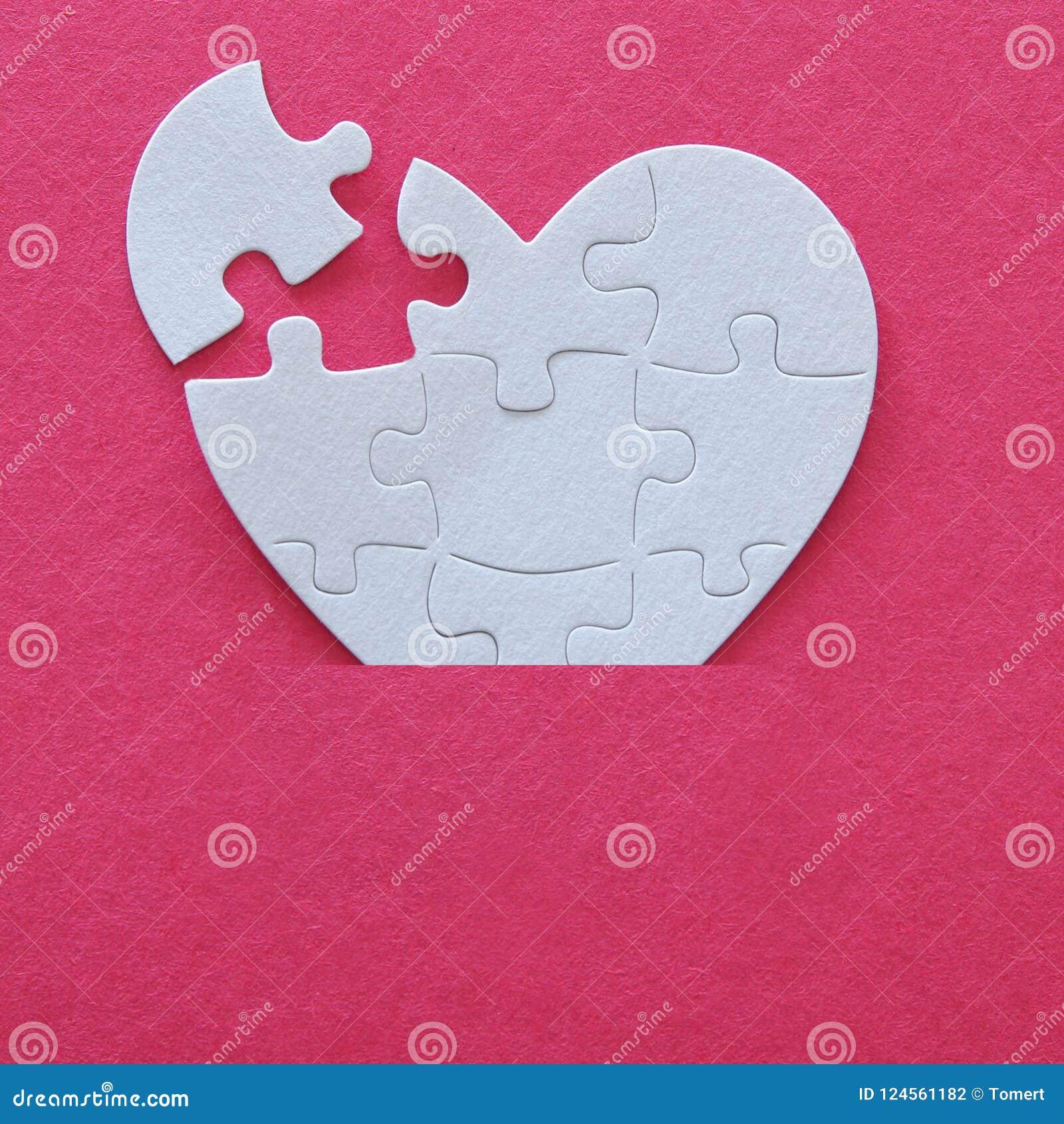 Image de vue supérieure du puzzle blanc de papier de coeur avec le morceau absent au-dessus du fond rose Les soins de santé, donn