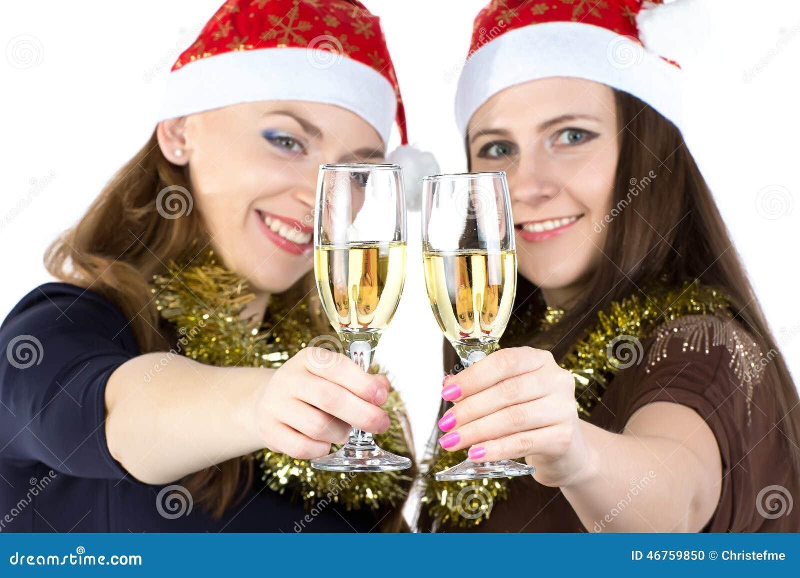 Image des femmes de sourire avec les verres