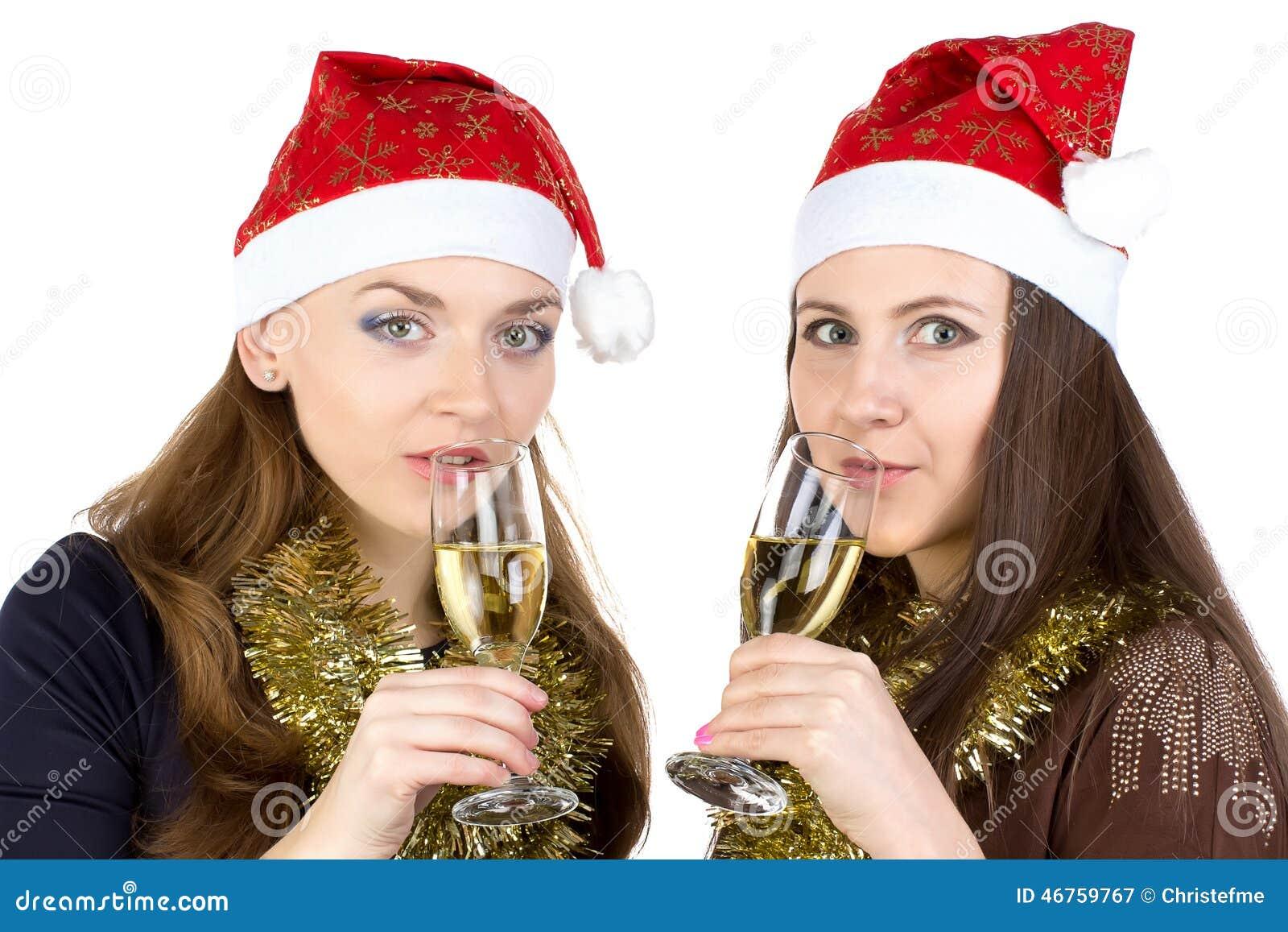 Image des femmes heureuses avec les verres