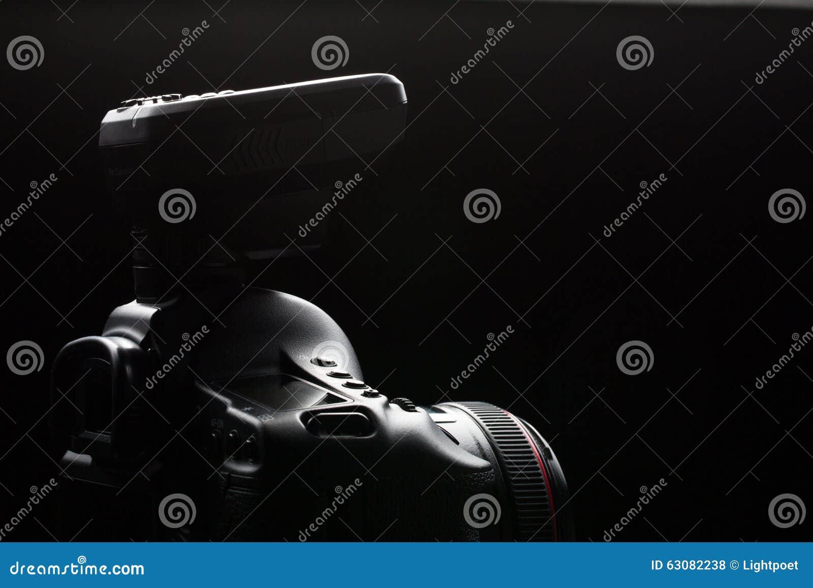 Download Image Discrète D'appareil-photo Moderne Professionnel De DSLR Photo stock - Image du iris, verticale: 63082238