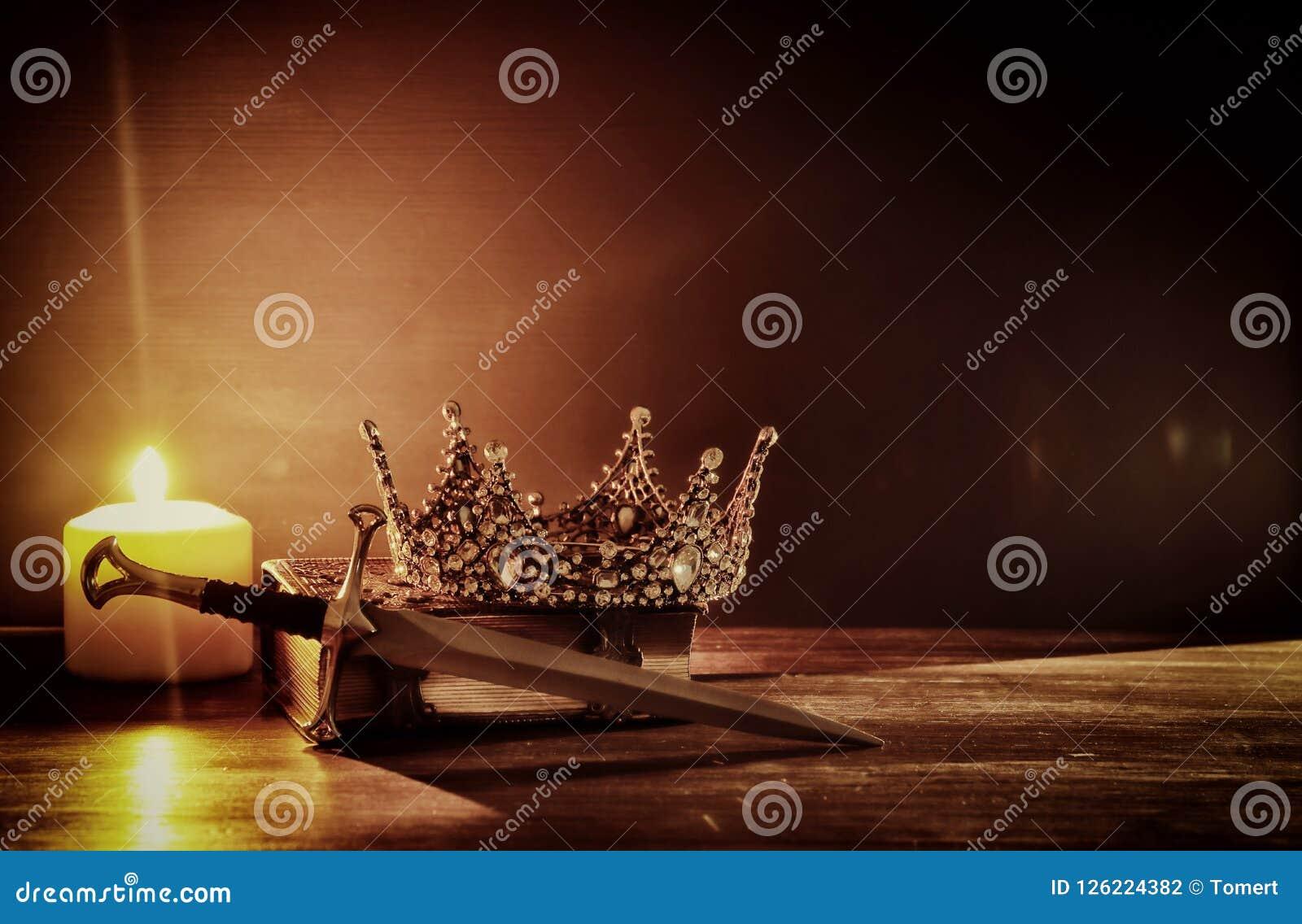 Image discrète de belles reine/couronne et épée de roi période médiévale d imagination Foyer sélectif