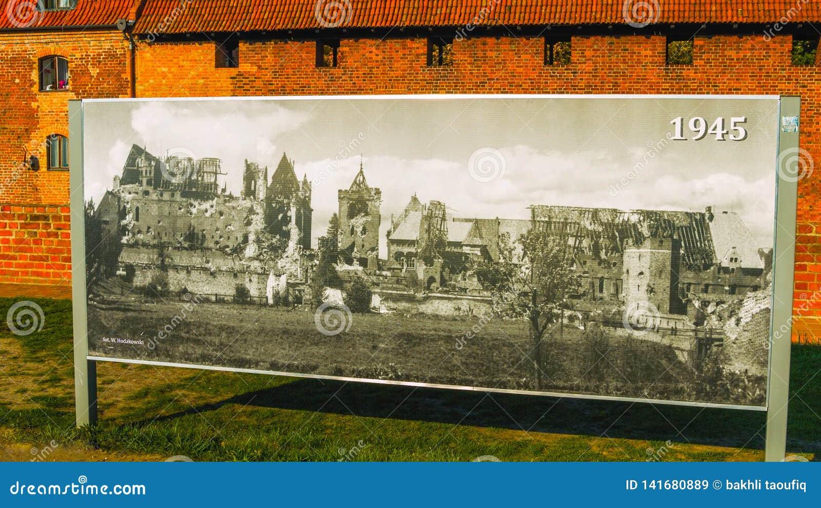 Image historique remontant à 1945 En dehors d un vieux château en Pologne