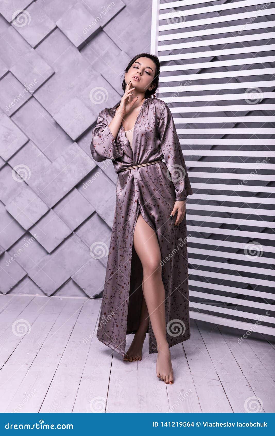 Image intégrale de poser modèle en vêtement lilas en soie tendre