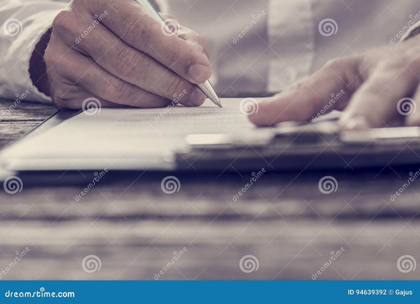 Image modifiée la tonalité de contrat de signature d affaires de main masculine