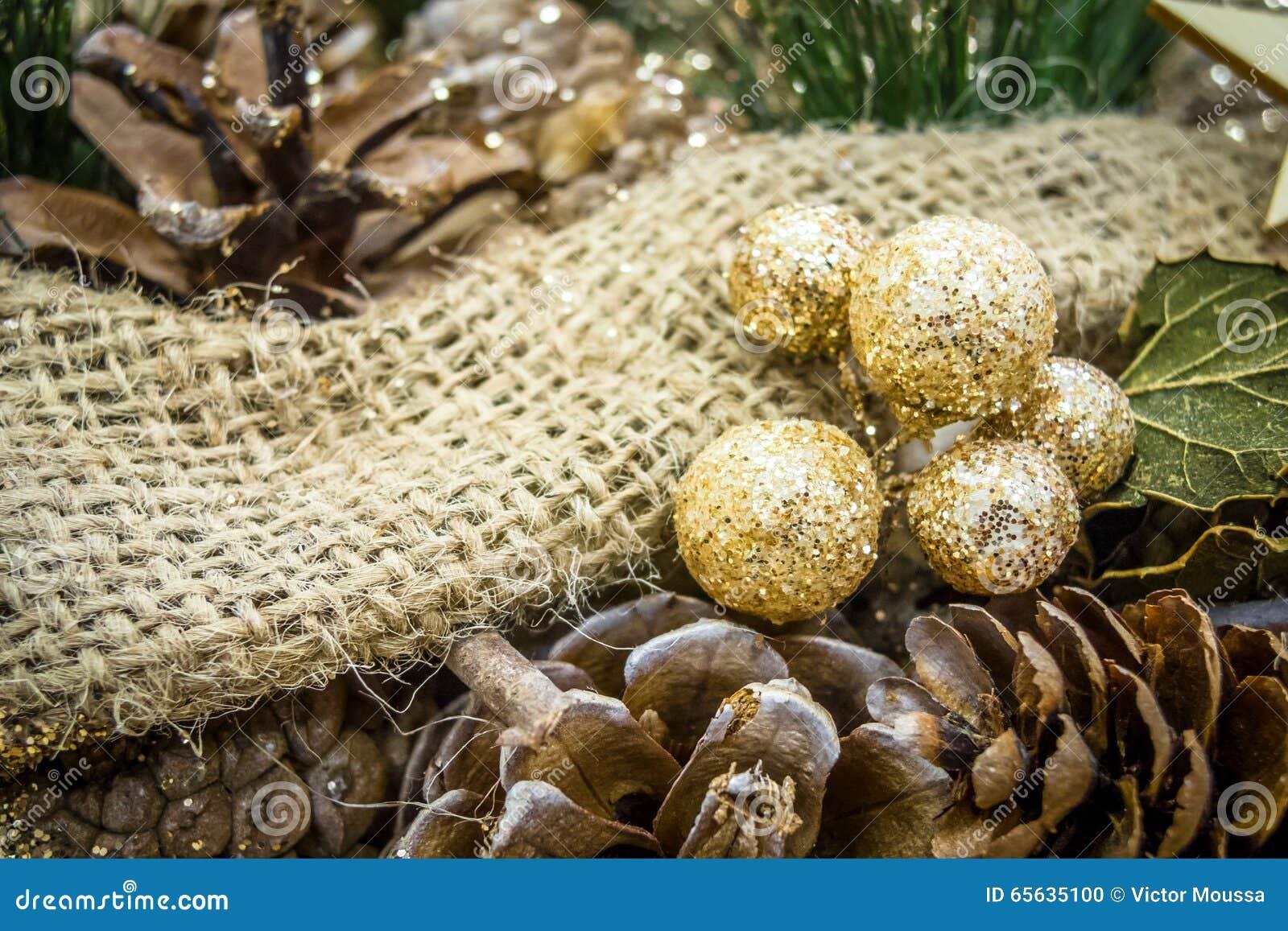 Image rustique des décorations de Noël couvertes dans le scintillement
