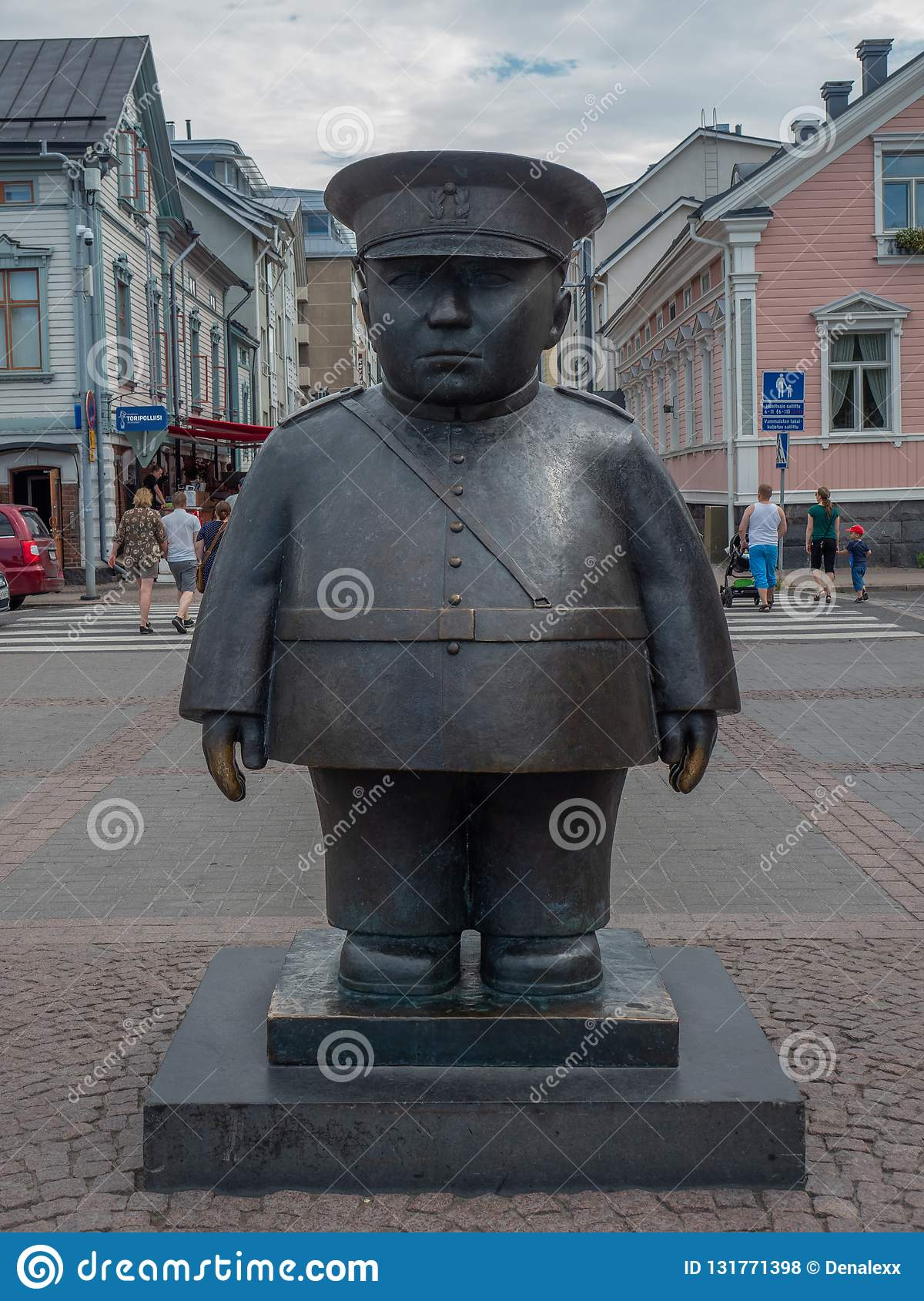 Image of the Topolliisi a bronze statue of a policeman, made by the sculptor Kaarlo Mikkonen