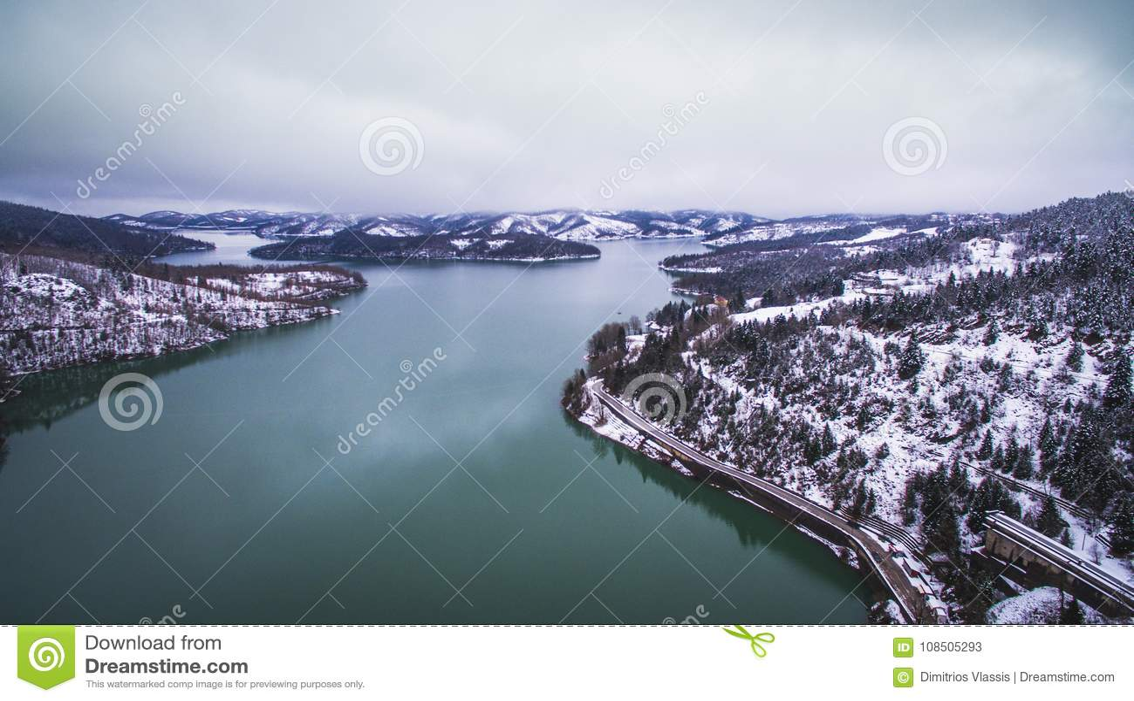 Imagem aérea do zangão do lago e da represa Plastiras