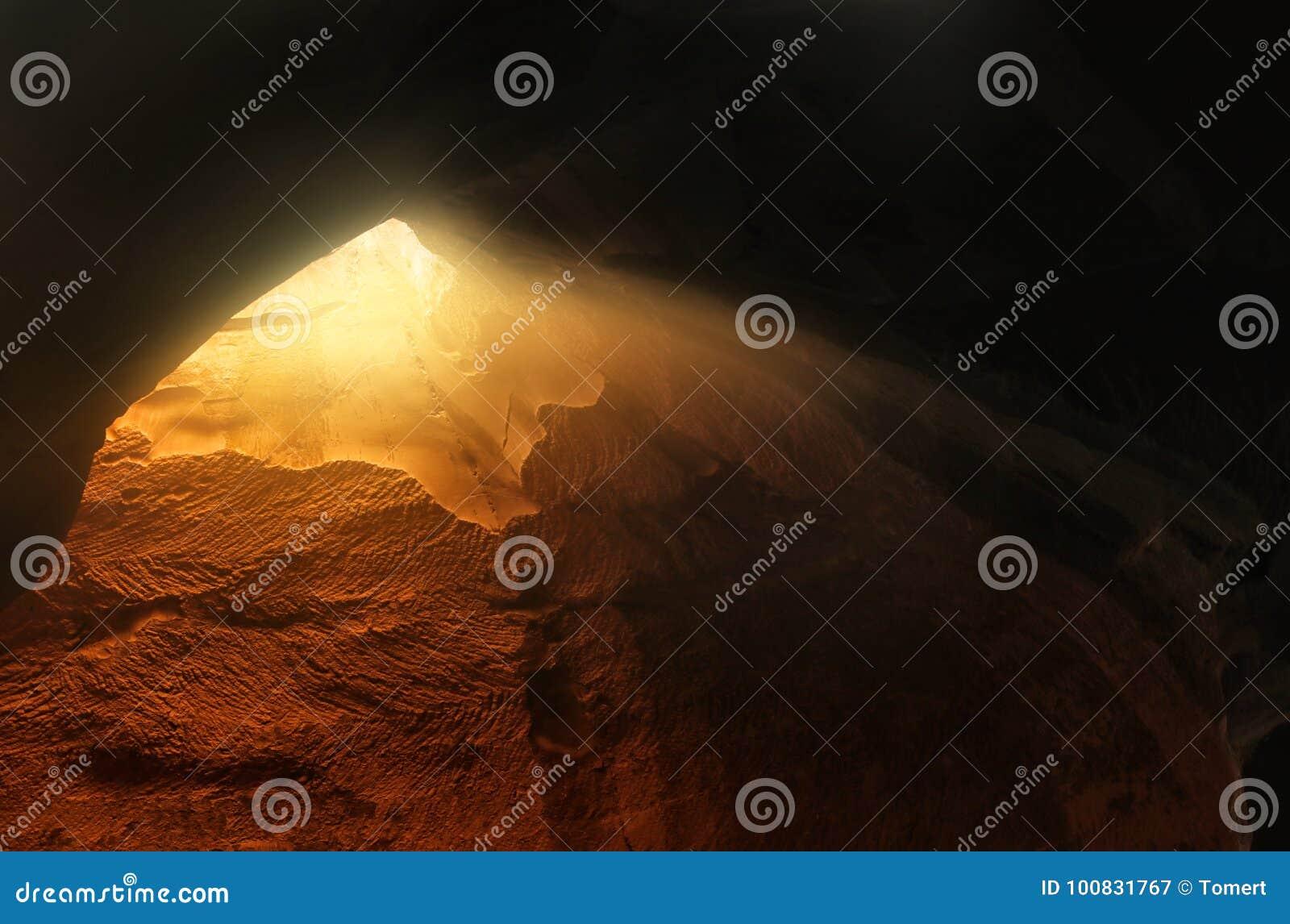 Imagem abstrata e surrealista da caverna com luz a revelação e abre a porta, conceito da história da Bíblia Sagrada