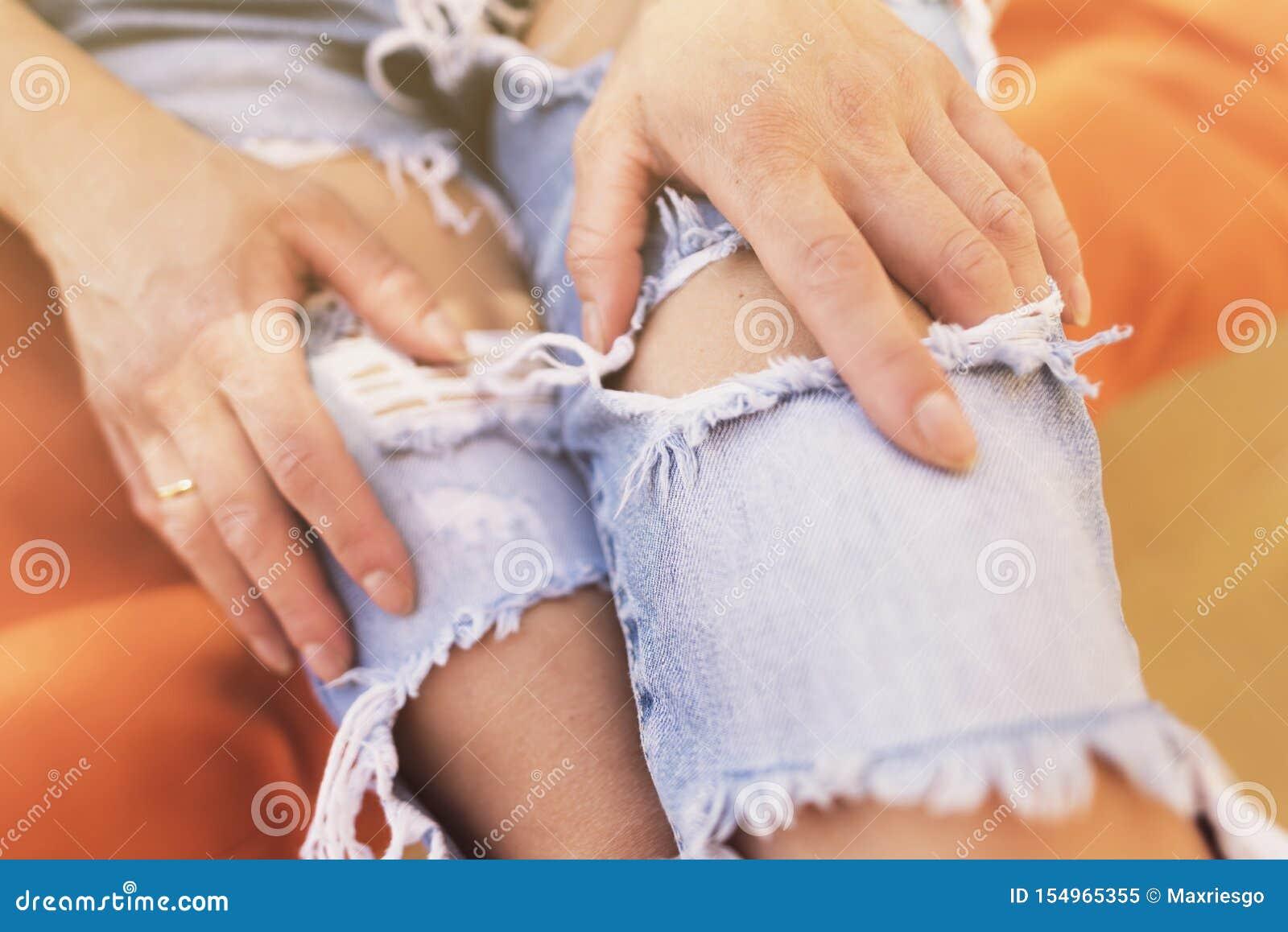 Imagem anônima da mulher com calças de brim rasgadas em um dia de verão