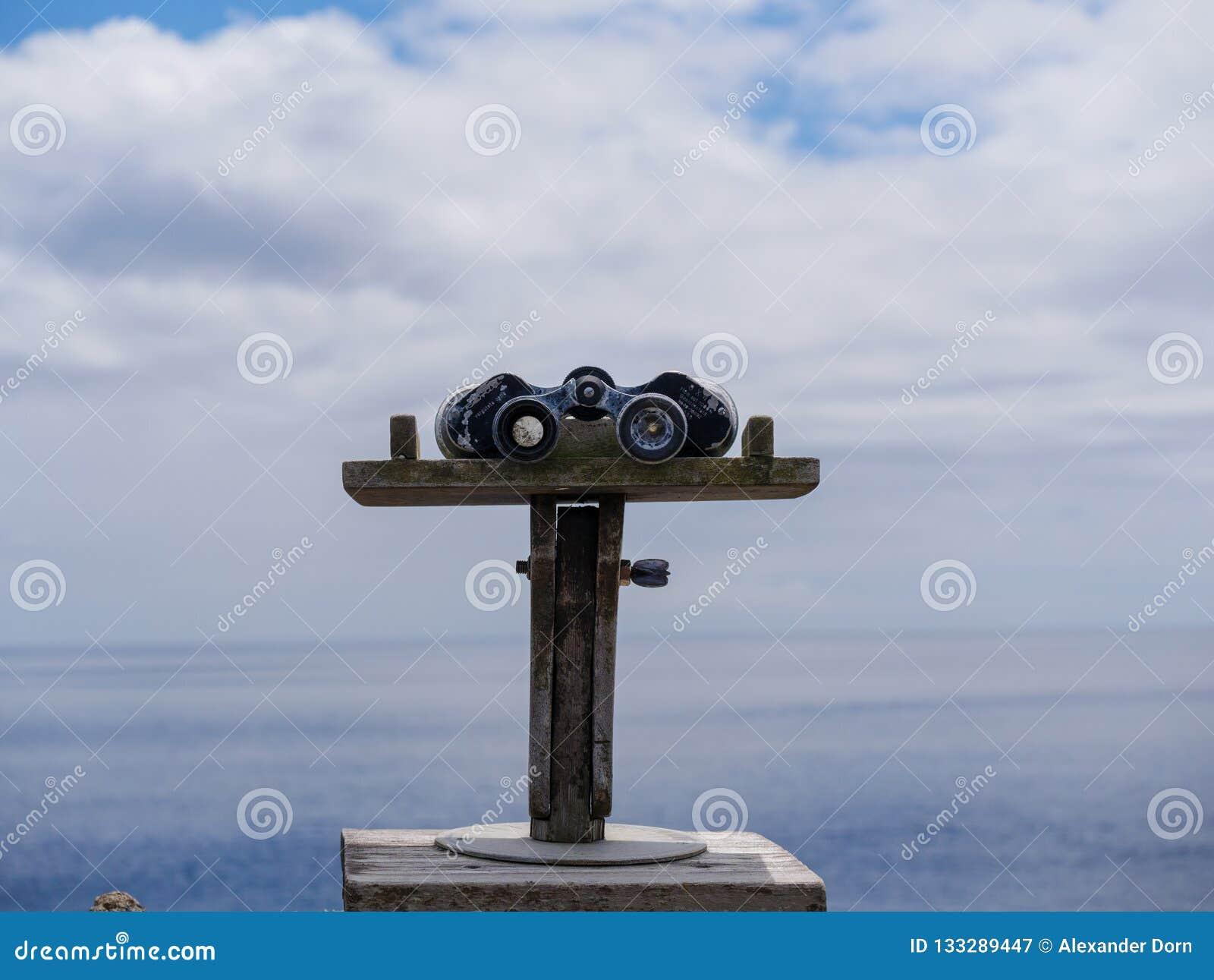 Imagem ascendente próxima dos binóculos em um ponto de vista