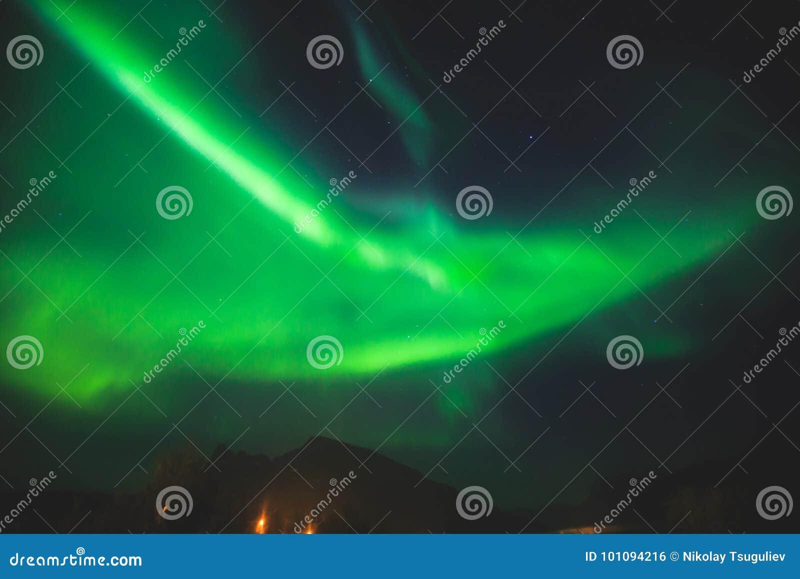 A imagem bonita de Aurora Borealis vibrante verde colorido maciça, Aurora Polaris, igualmente sabe como a aurora boreal em Norueg