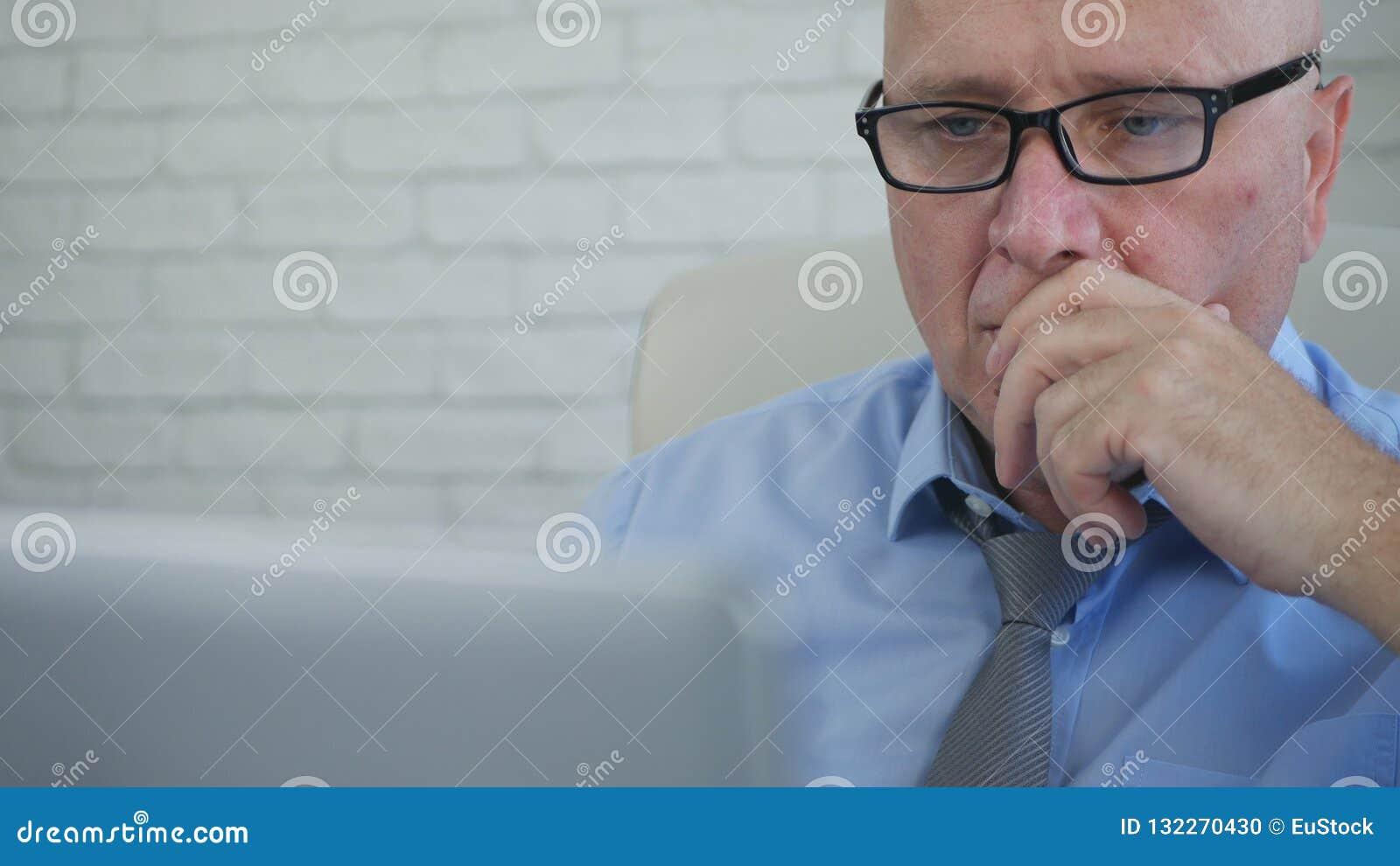 Imagem borrada com homem de negócios cansado Working Late no escritório de contabilidade