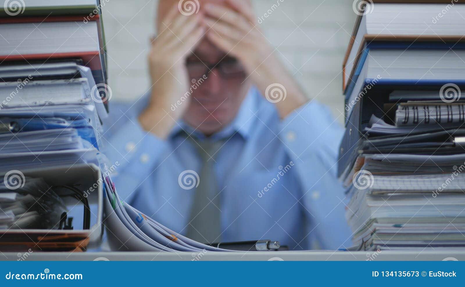 Imagem borrada com homem de negócios In Office Room que sofre uma dor de cabeça terrível