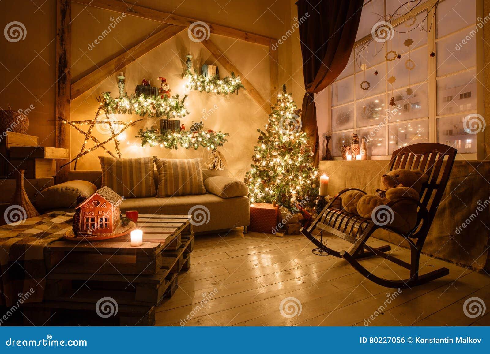 A imagem calma da sala de visitas home moderna interior decorou a árvore de Natal e os presentes, sofá, tabela coberta com a cobe