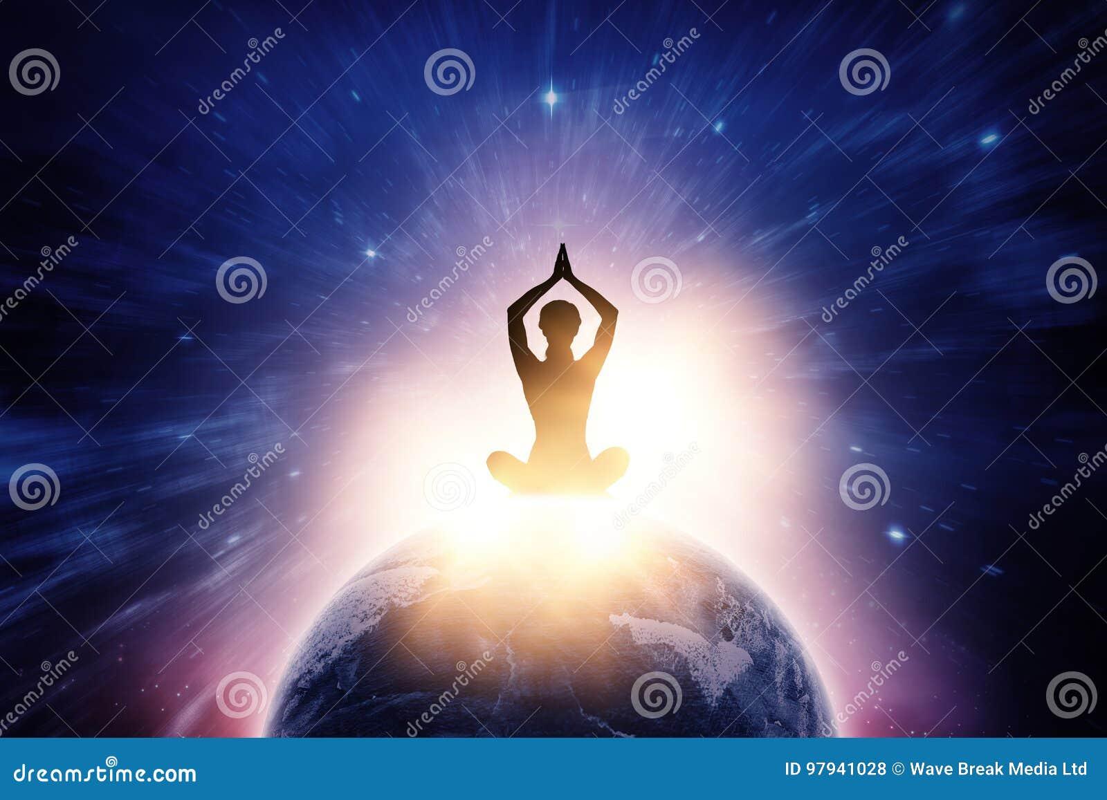 Imagem composta da ioga praticando fêmea da silhueta ao sentar-se