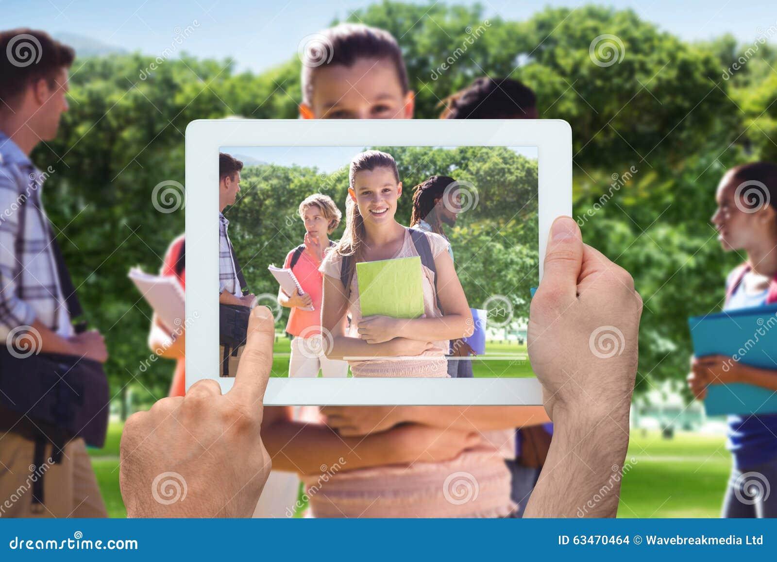 Imagem composta da mão que guarda o PC da tabuleta