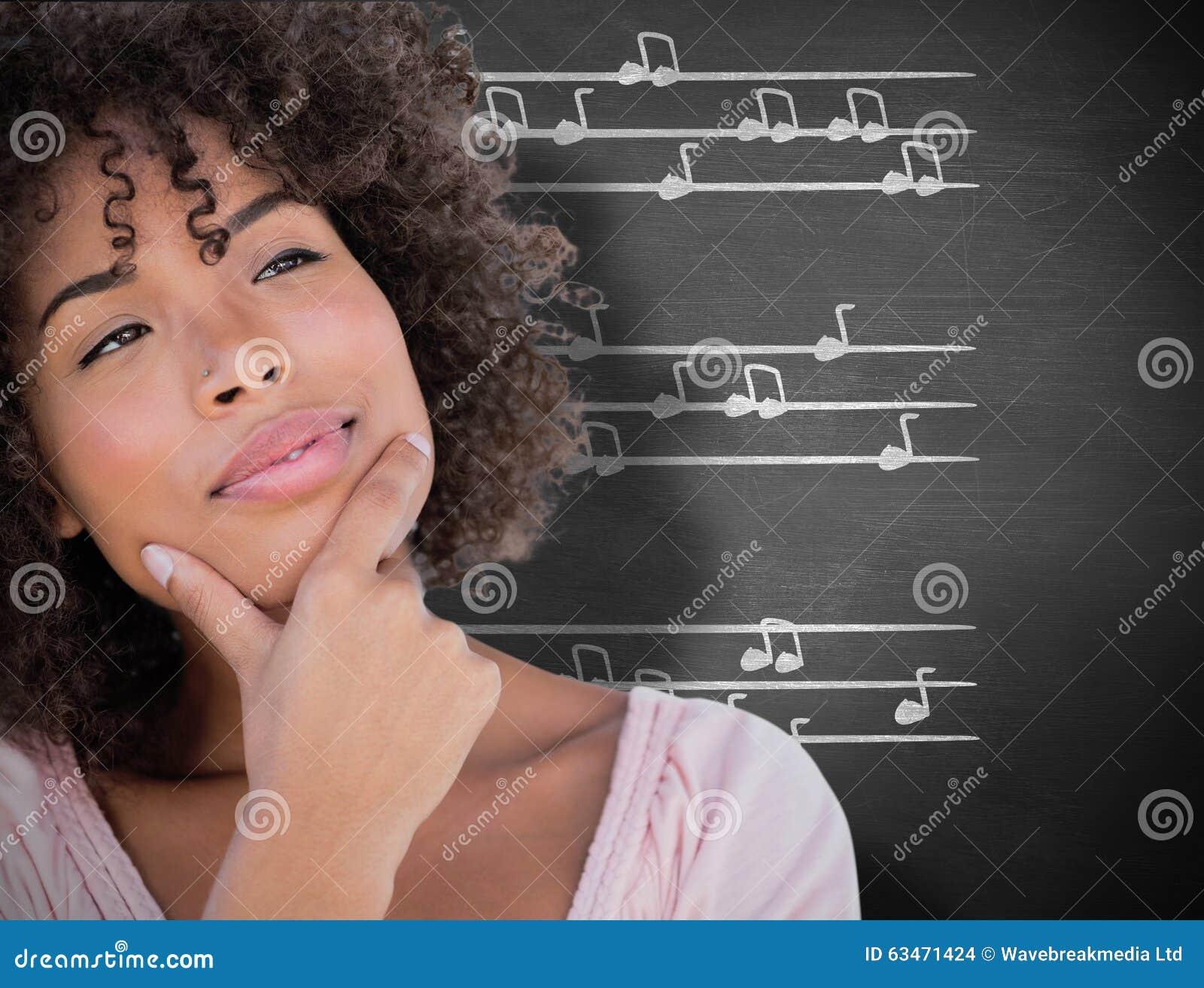Imagem composta da mulher bonita que olha pensativa