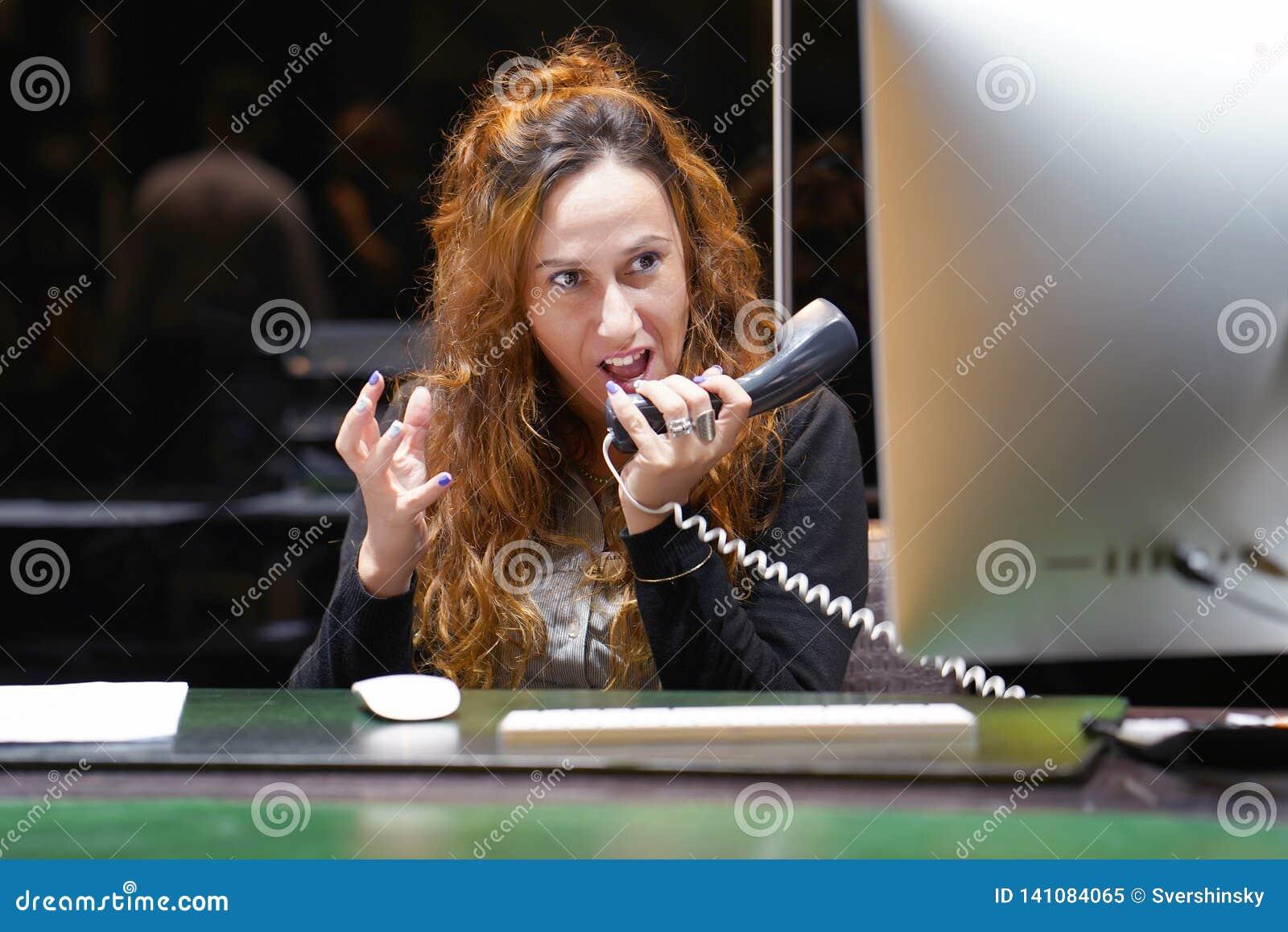 Imagem composta da mulher de negócios forçada para fora no trabalho