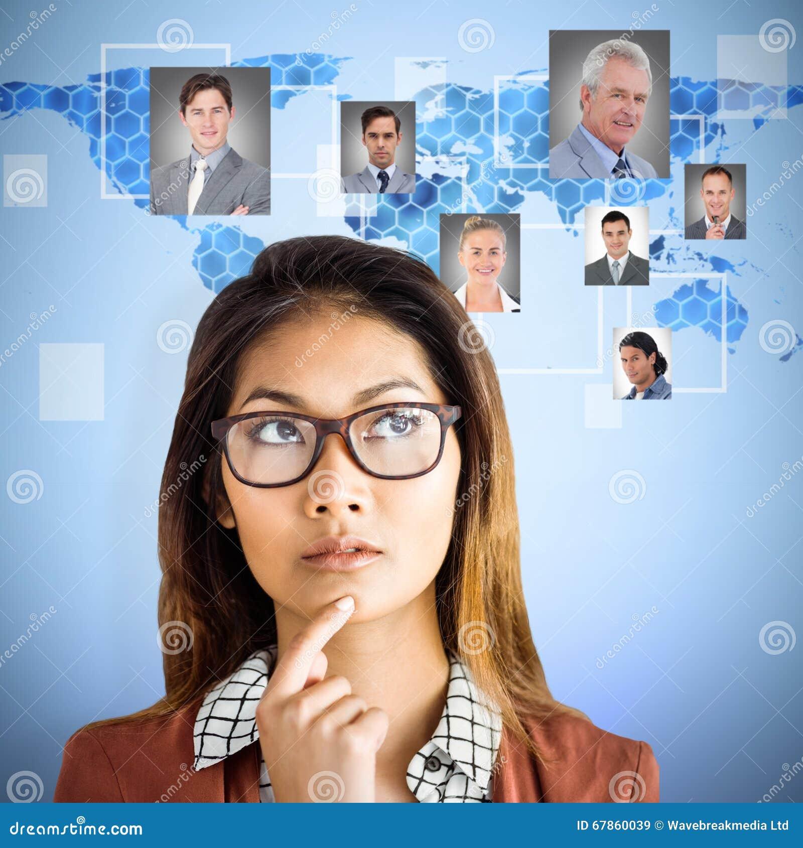 Imagem composta da mulher de negócios pensativa com monóculos