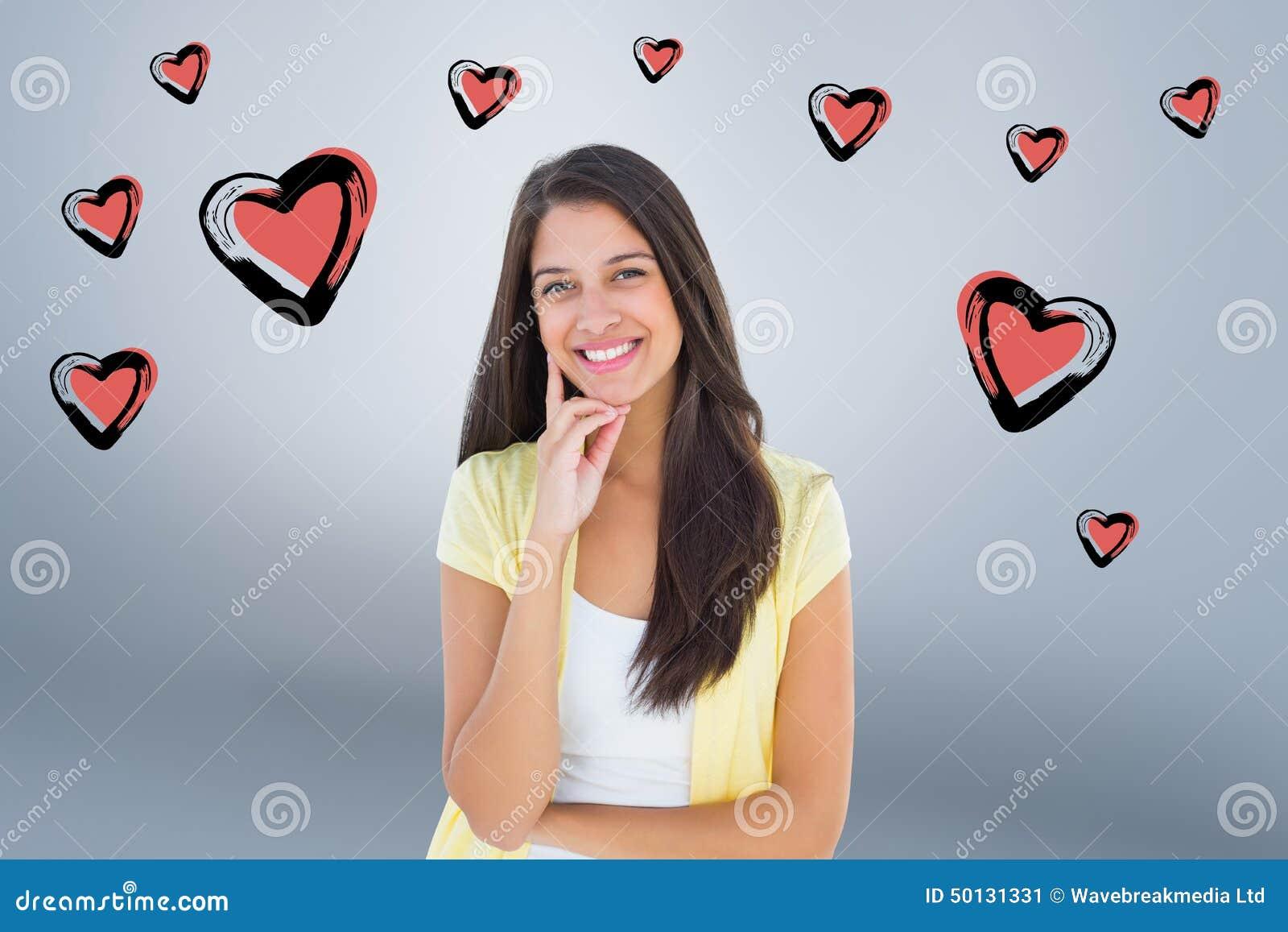 Imagem composta da mulher ocasional feliz que pensa com mão no queixo